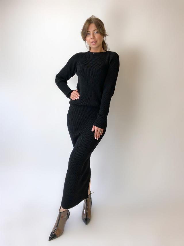 На фотографии черный костюм женский от Shapar, бренда вязаной одежды ручной работы в интернет-магазине связанных спицами вещей.