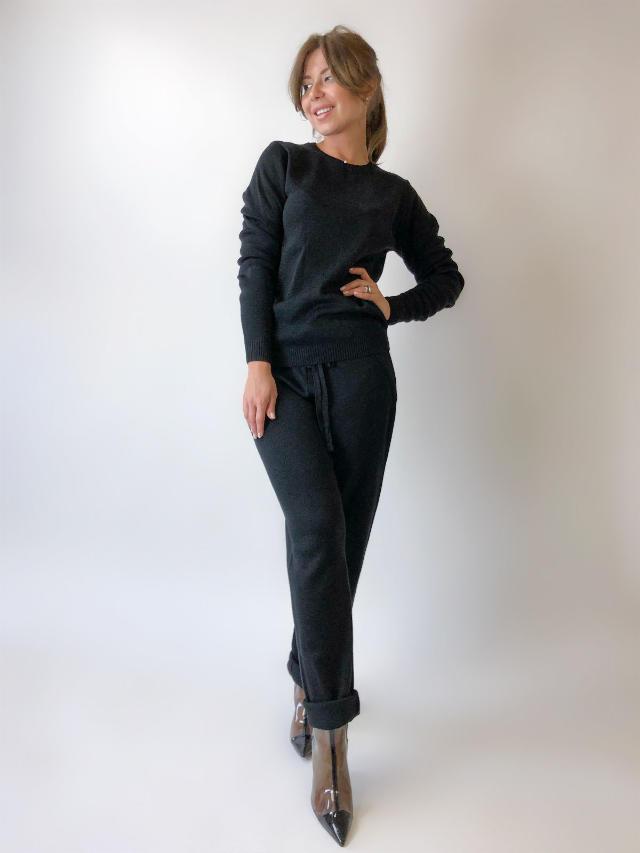 На фотографии черный спортивный костюм женский от Shapar, бренда вязаной одежды ручной работы в интернет-магазине связанных спицами вещей.
