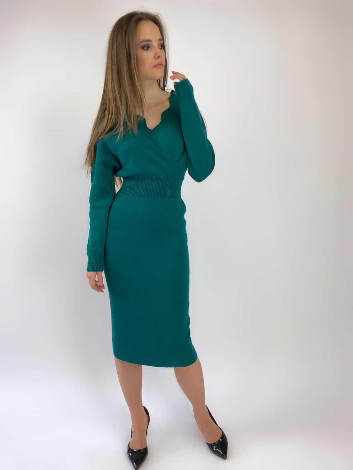 На фотографии зеленое офисное платье от Shapar, бренда женской вязаной одежды ручной работы в интернет-магазине связанных спицами вещей.