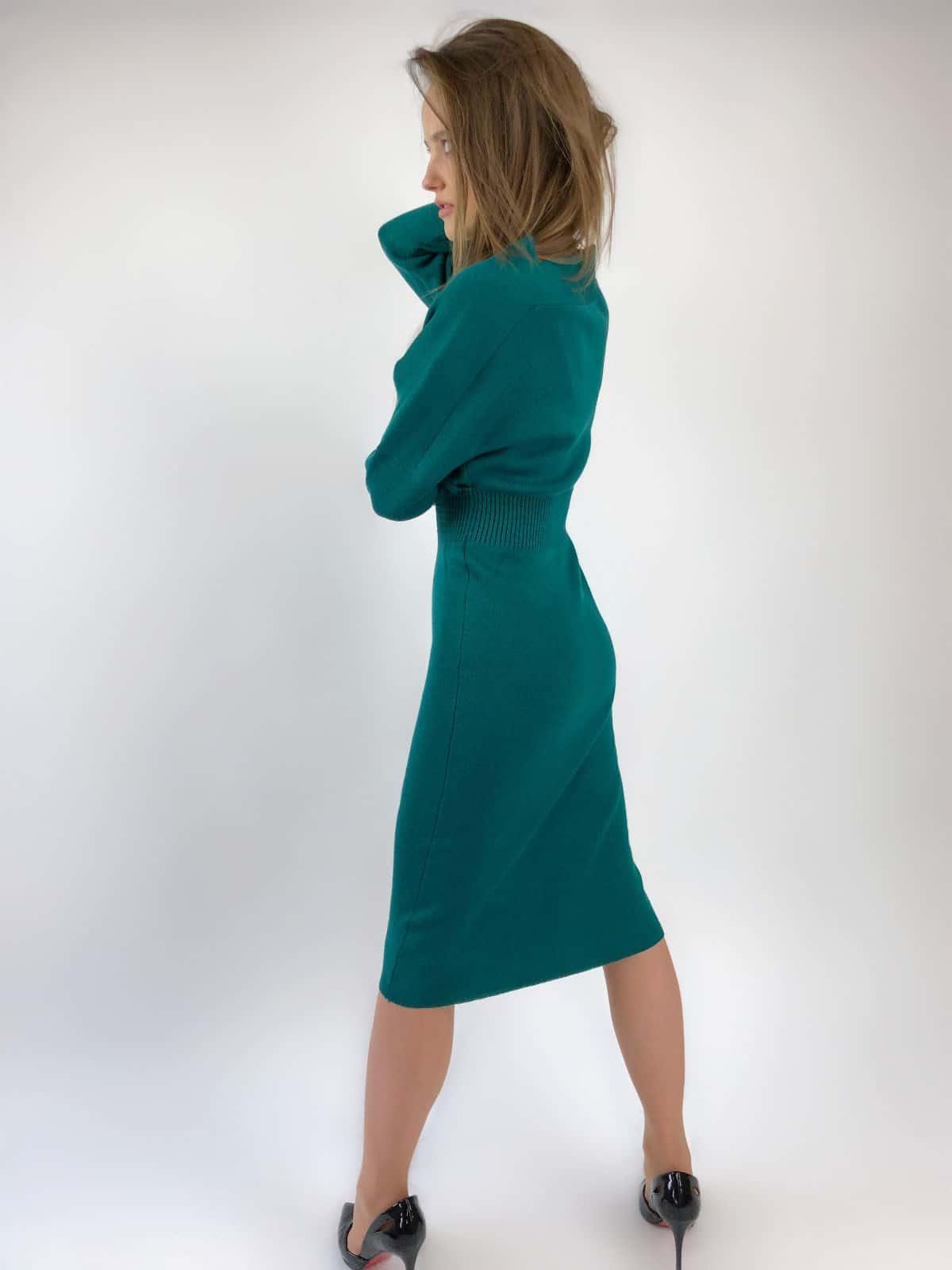 На второй фотографии деловое офисное платье темно-зеленого цвета от Shapar, бренда женской вязаной одежды ручной работы в интернет-магазине связанных спицами вещей.