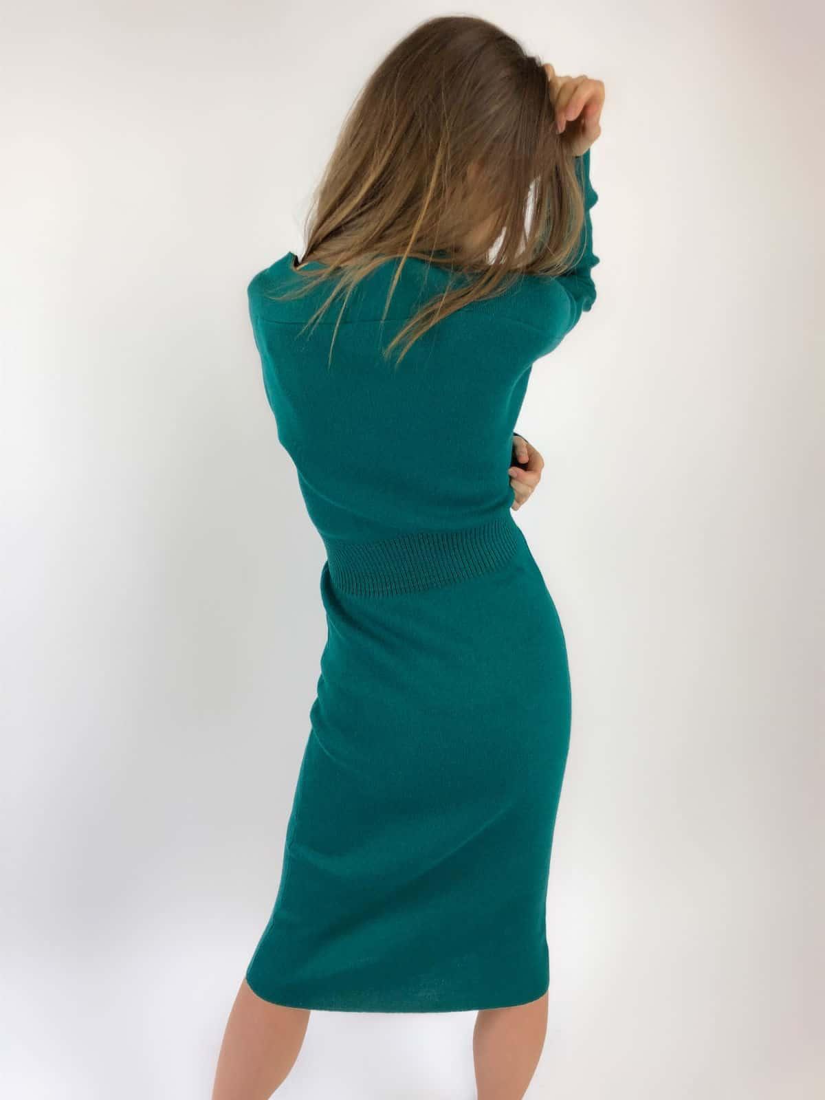 На третьей фотографии зеленое офисное платье со спины от Shapar, бренда женской вязаной одежды ручной работы в интернет-магазине связанных спицами вещей.