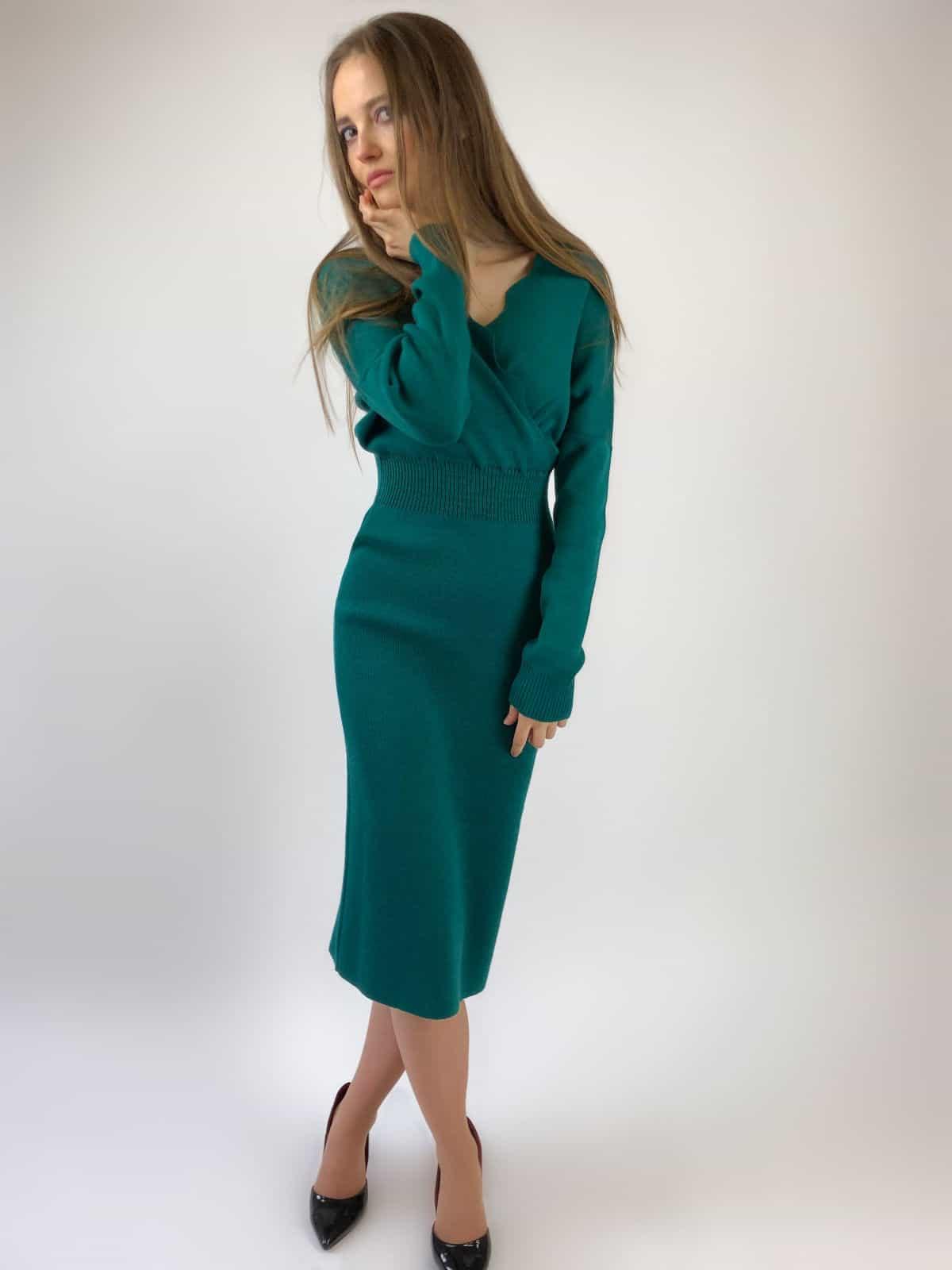 На пятой фотографии зеленое офисное платье в длине миди от Shapar, бренда вязаной одежды ручной работы в интернет-магазине связанных спицами вещей.