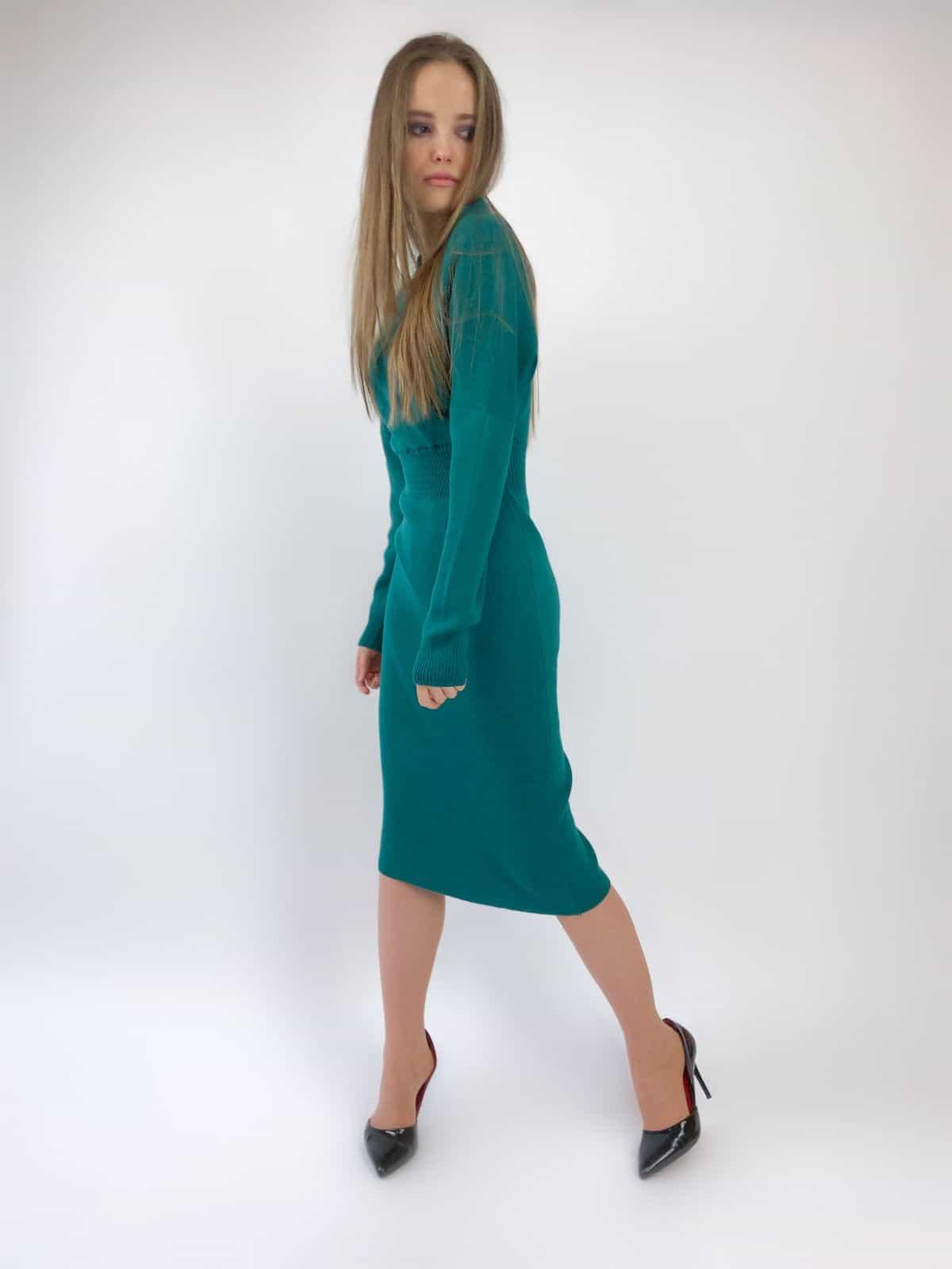 На четвертой фотографии зеленое офисное платье для девушек и женщин от Shapar, бренда вязаной одежды ручной работы в интернет-магазине связанных спицами вещей.