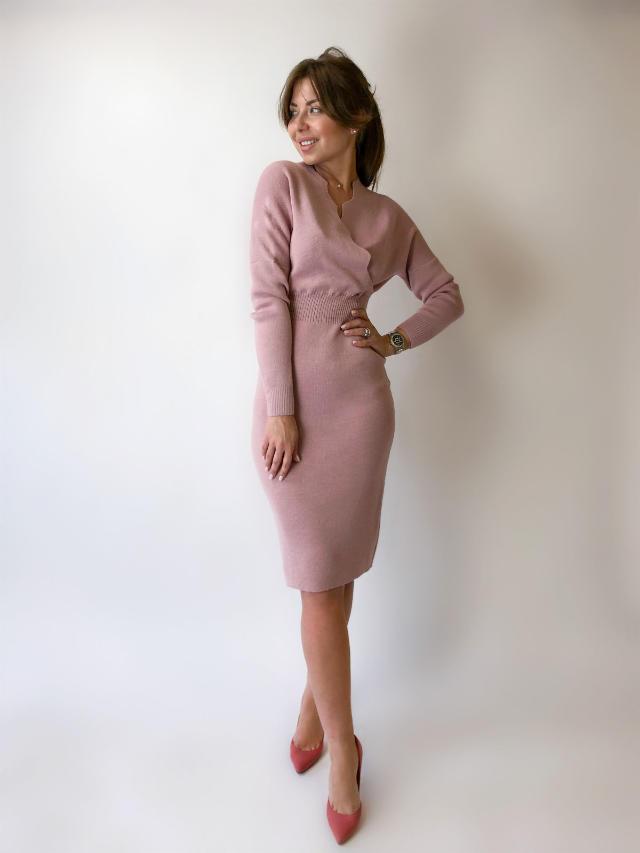 На фотографии деловое платье для офиса от Shapar, бренда вязаной одежды ручной работы в интернет-магазине связанных спицами вещей.