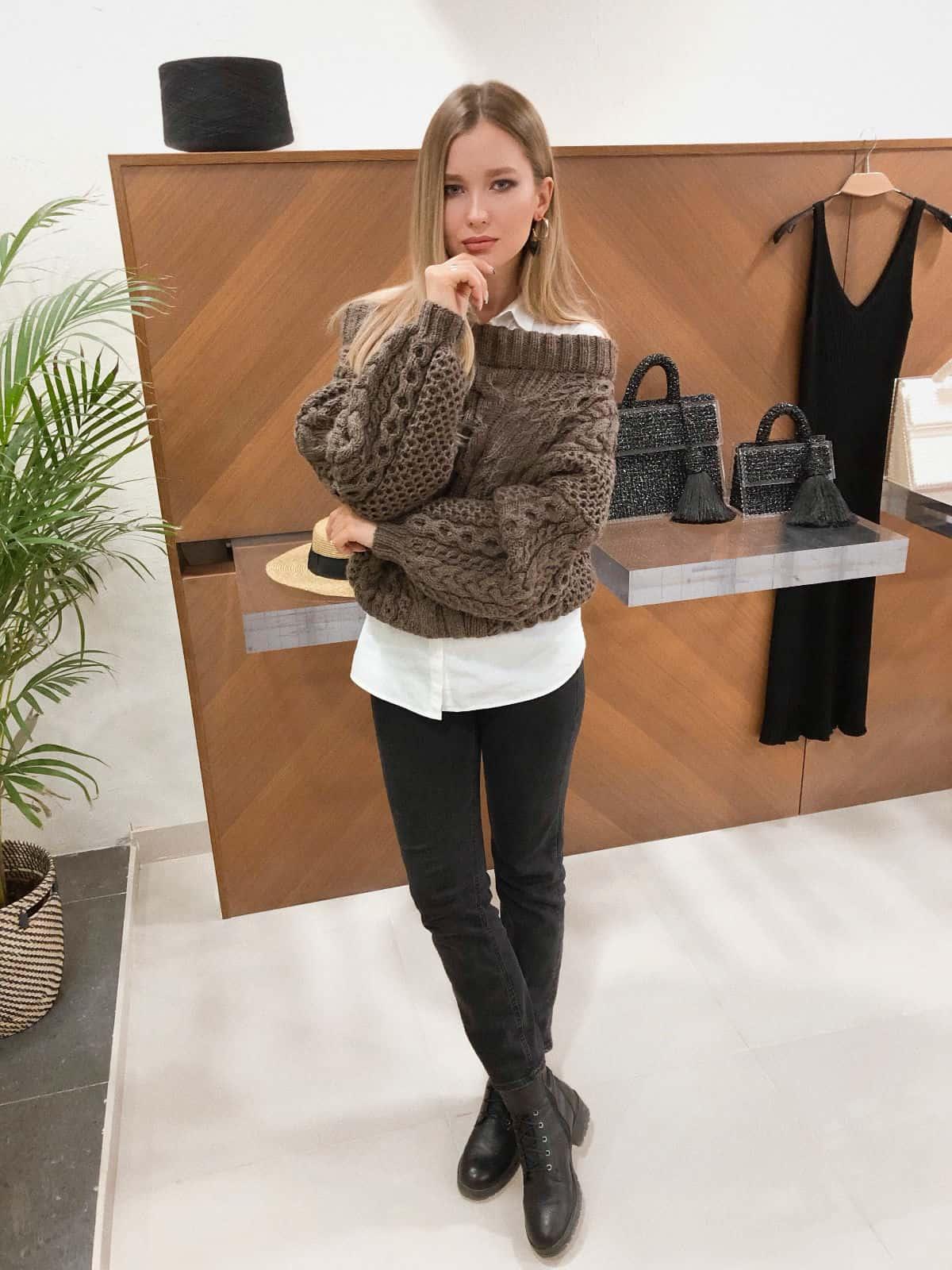 На четвертой фотографии объемный коричневый джемпер с косами от Shapar, бренда вязаной одежды ручной работы в интернет-магазине связанных спицами вещей.