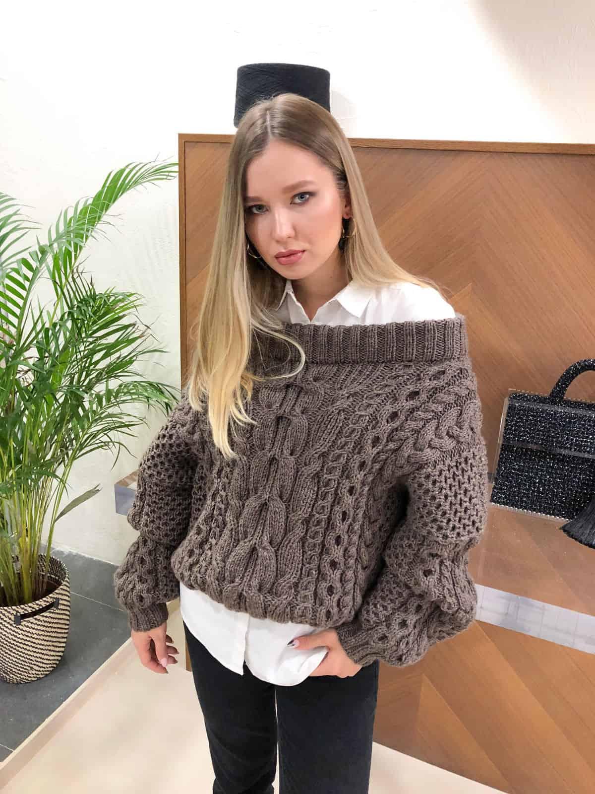 На фотографии женский коричневый джемпер от Shapar, бренда вязаной одежды ручной работы в интернет-магазине связанных спицами вещей.