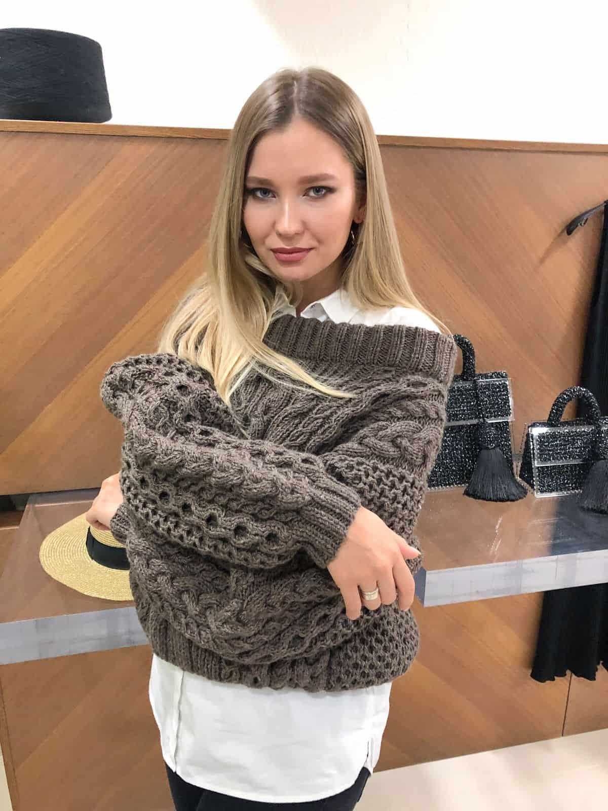 На пятой фотографии модный коричневый джемпер для девушек и женщин от Shapar, бренда вязаной одежды ручной работы в интернет-магазине связанных спицами вещей.