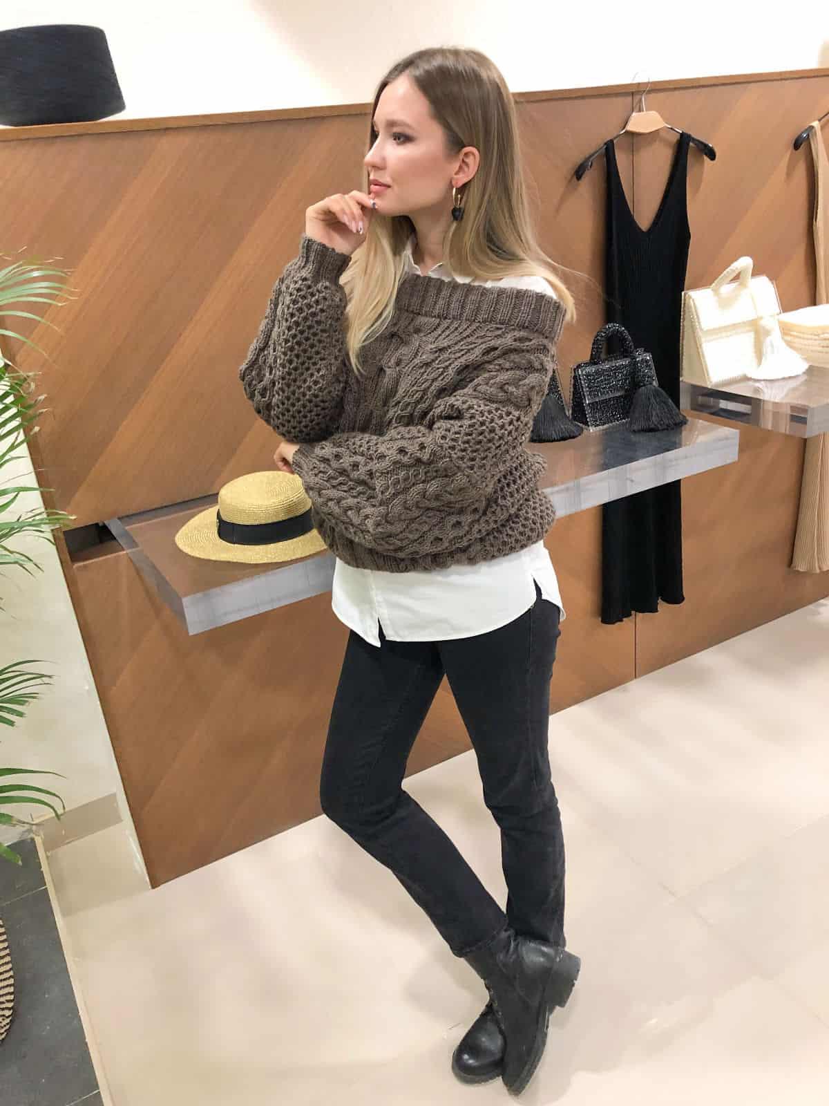 На третьей фотографии коричневый джемпер на одно плечо от Shapar, бренда вязаной одежды ручной работы в интернет-магазине связанных спицами вещей.