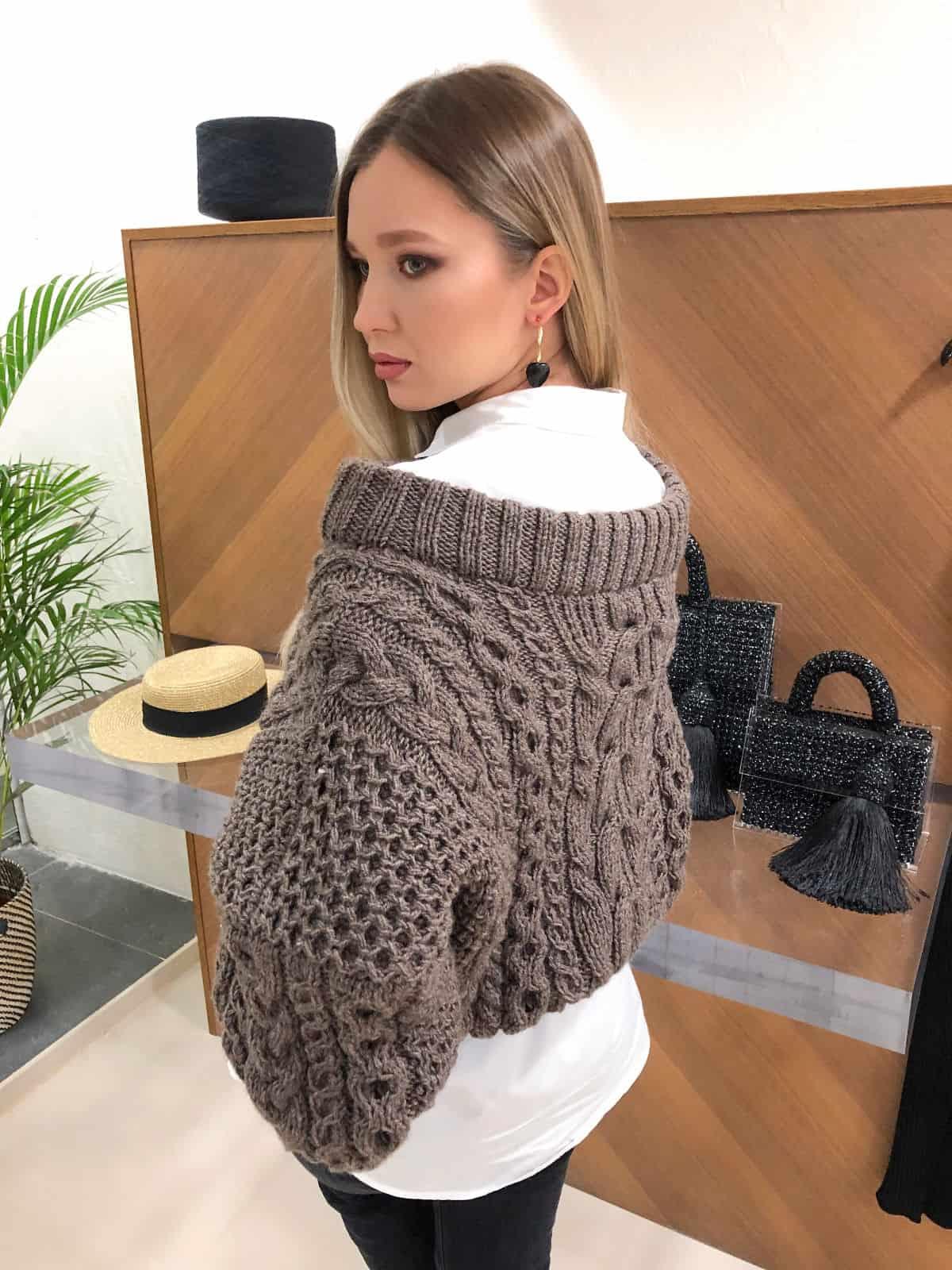На второй фотографии женский коричневый джемпер со спины от Shapar, бренда вязаной одежды ручной работы в интернет-магазине связанных спицами вещей.