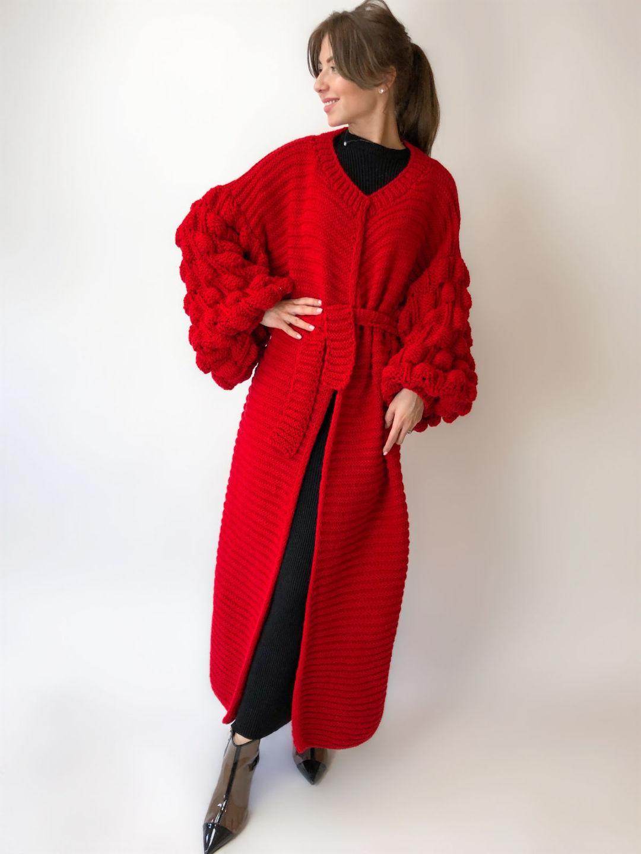 На фотографии женский красный кардиган от Shapar, бренда вязаной одежды ручной работы в интернет-магазине связанных спицами вещей.