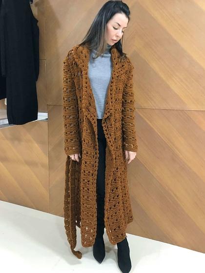 На фотографии летний ажурный кардиган от Shapar, бренда женской вязаной одежды ручной работы в интернет-магазине связанных спицами вещей.