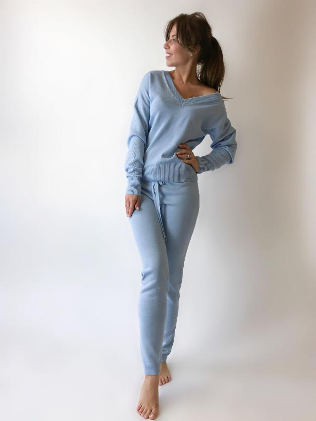 На фотографии женский спортивный костюм голубой от Shapar, бренда вязаной одежды ручной работы в интернет-магазине связанных спицами вещей.