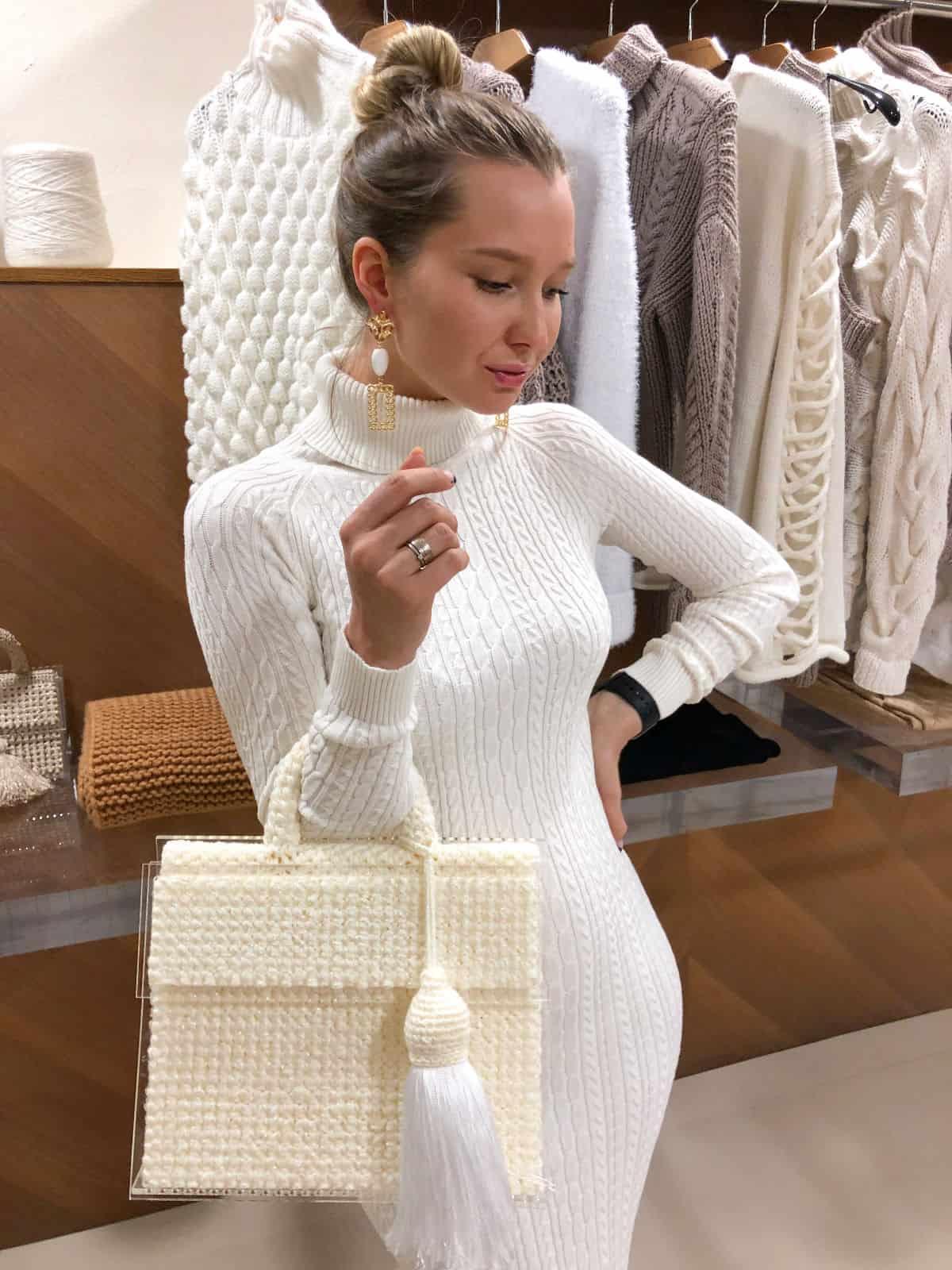 На второй фотографии сумка молочная женская со съемной кистью от Shapar, бренда вязаных вещей и аксессуаров ручной работы в интернет-магазине связанной спицами одежды.