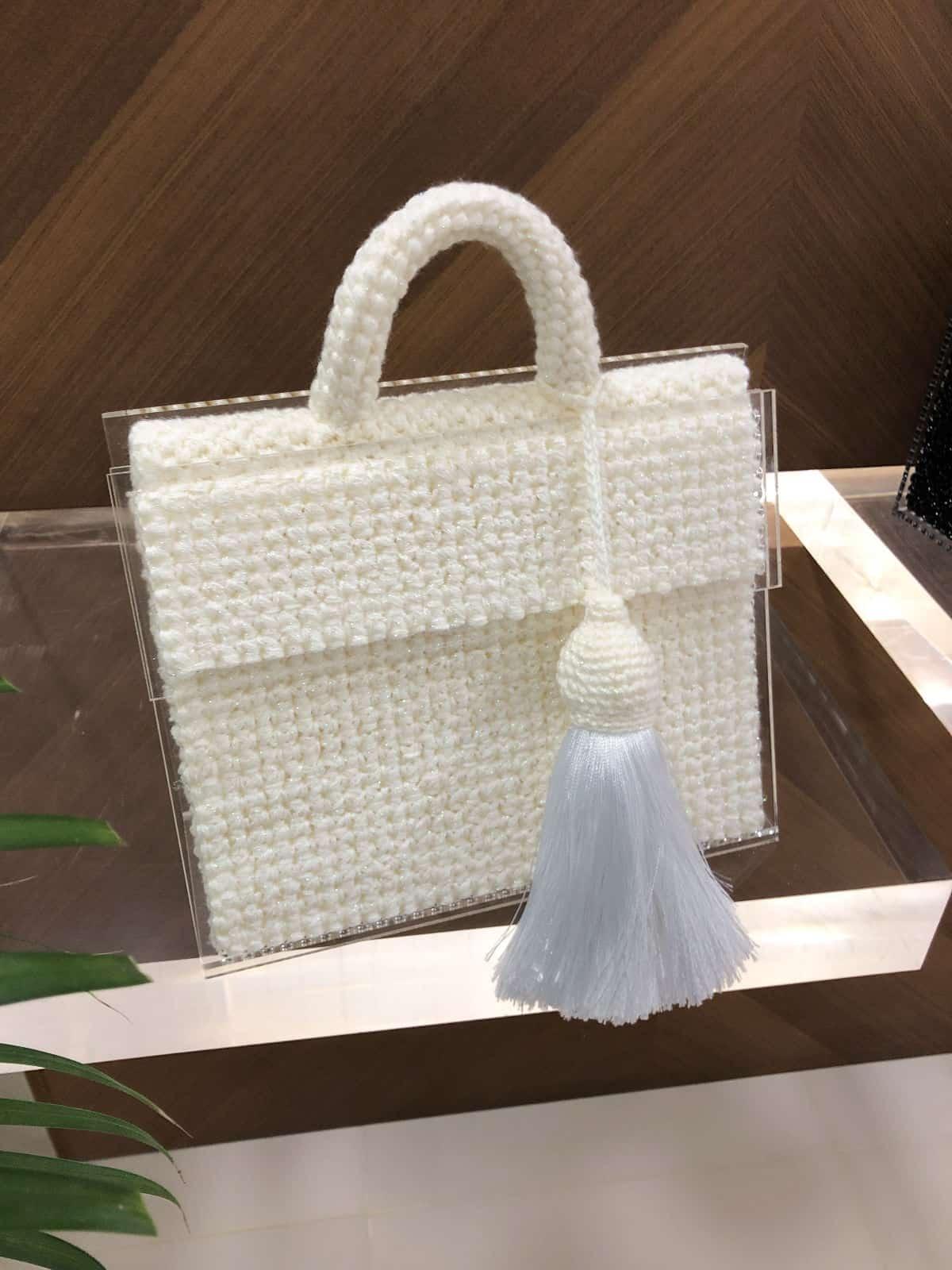 На пятой фотографии модная сумка молочная для девушек и женщин от Shapar, бренда вязаных вещей и аксессуаров ручной работы в интернет-магазине связанной спицами одежды.