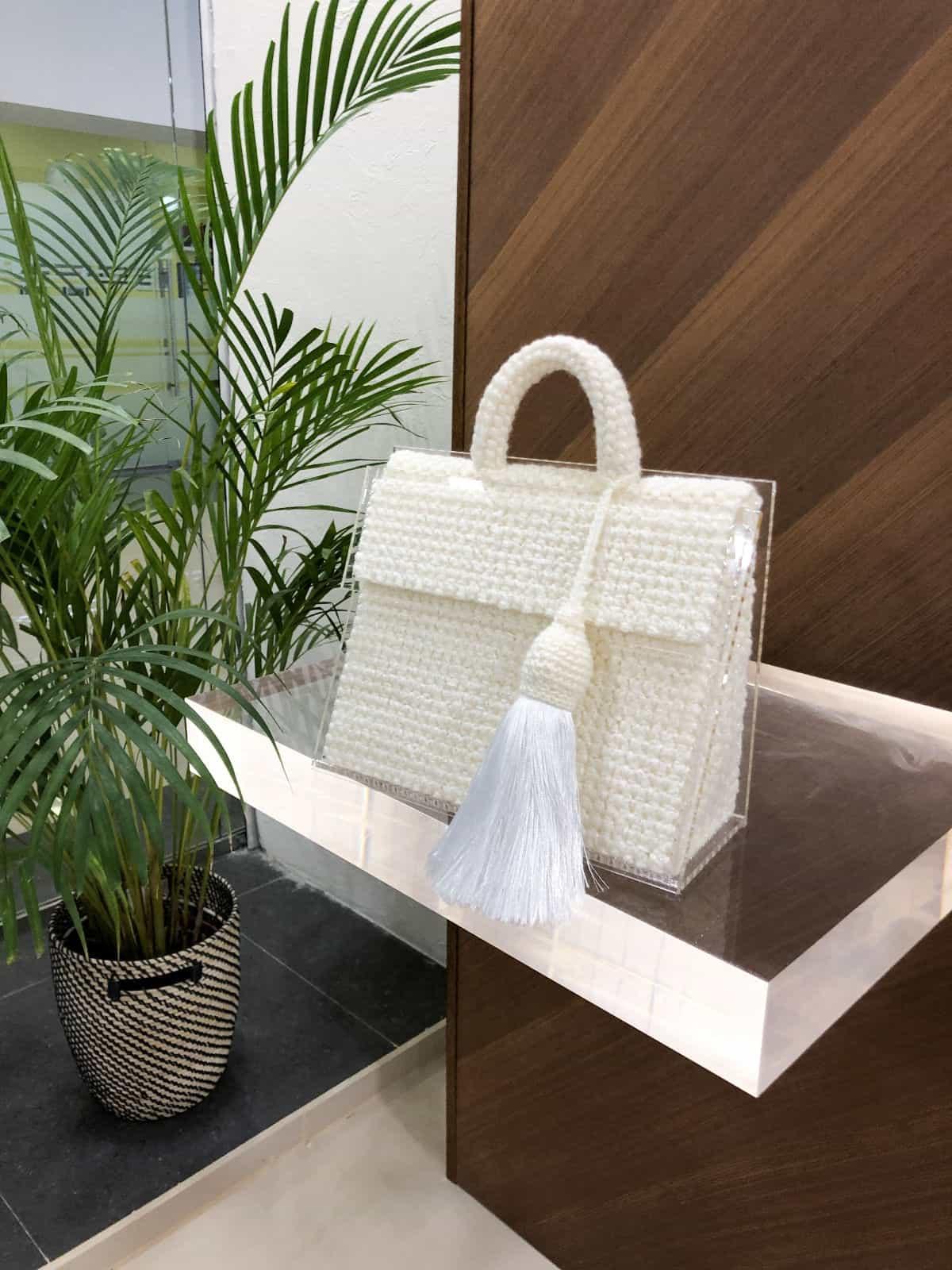 На четвертой фотографии сумка молочная женская из оргстекла от Shapar, бренда вязаных вещей и аксессуаров ручной работы в интернет-магазине связанной спицами одежды.
