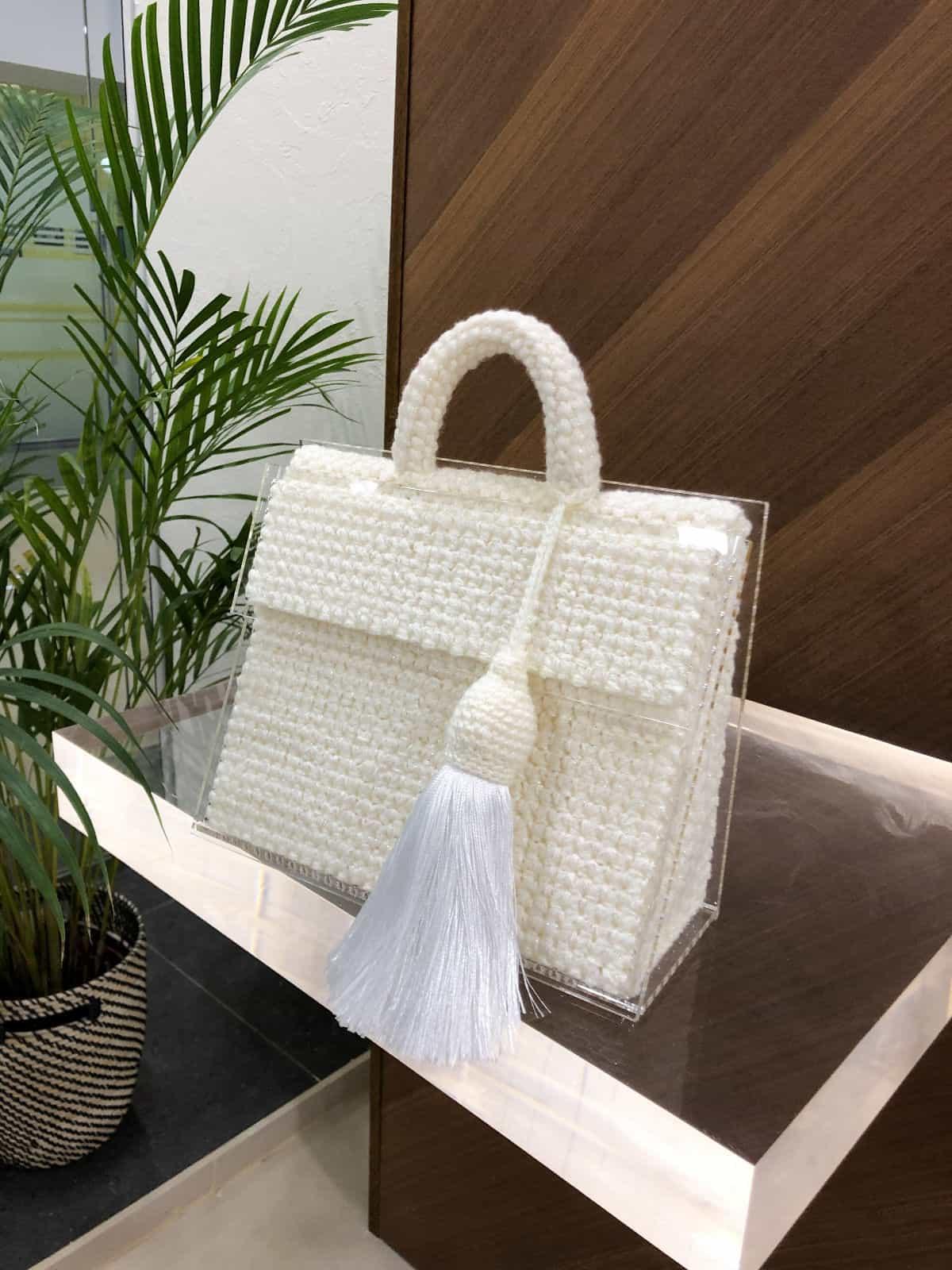 На фотографии сумка молочная женская от Shapar, бренда вязаных вещей и аксессуаров ручной работы в интернет-магазине связанной спицами одежды.