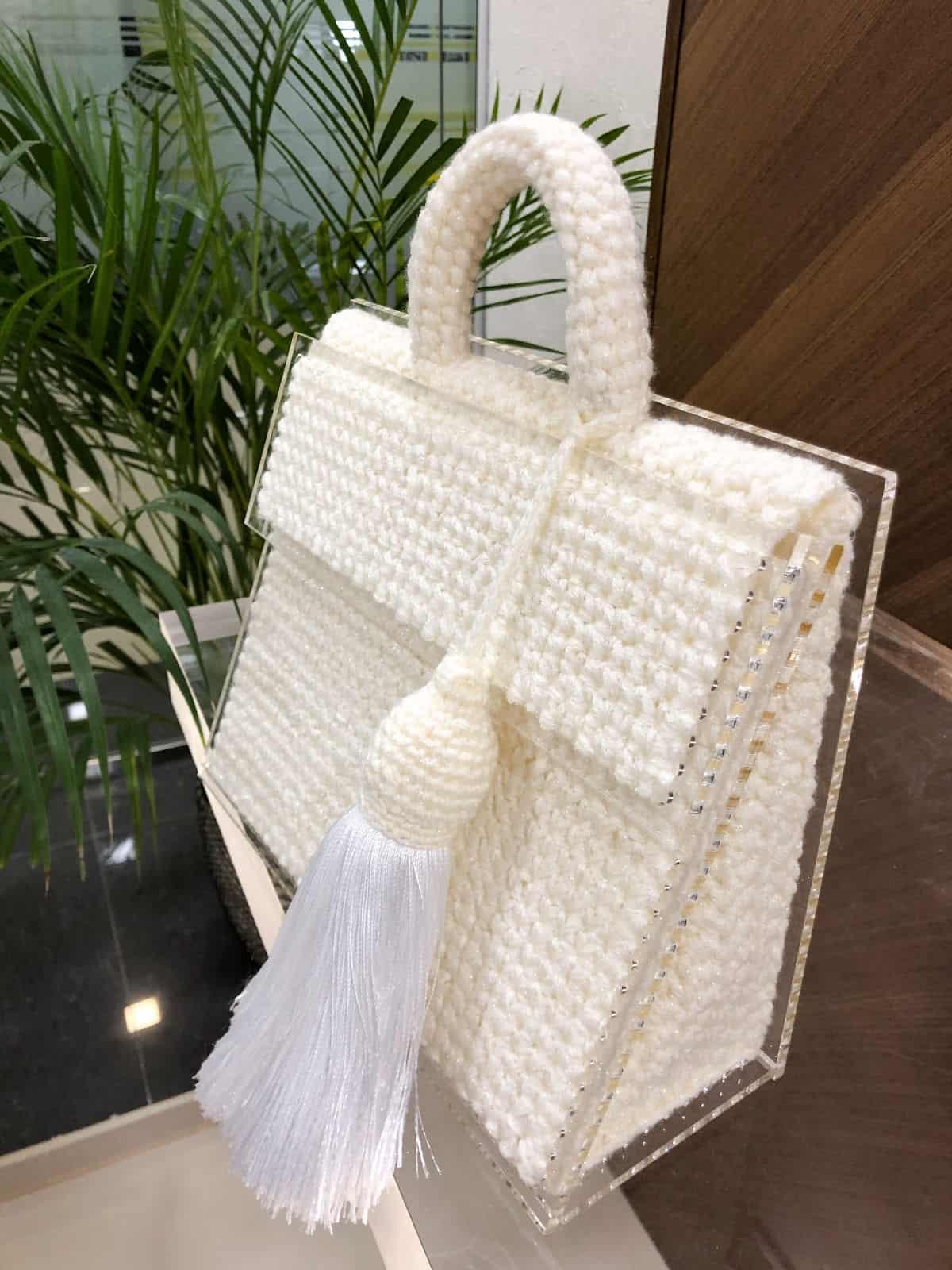 На третьей фотографии сумка молочная женская с прозрачным дном от Shapar, бренда вязаных вещей и аксессуаров ручной работы в интернет-магазине связанной спицами одежды.