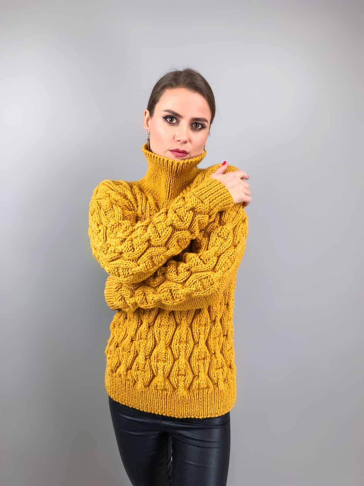 На четвертой фотографии женский горчичный свитер цепи от Shapar, бренда вязаной одежды ручной работы в интернет-магазине связанных спицами вещей.
