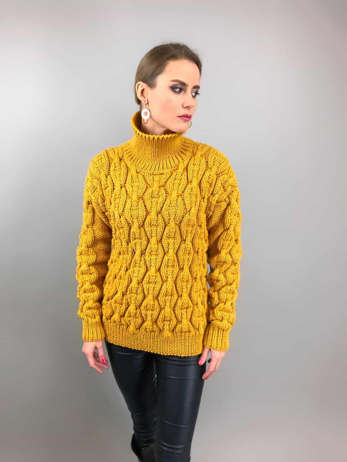 На  пятой фотографии женский горчичный свитер цепи с высоким воротником от Shapar, бренда вязаной одежды ручной работы в интернет-магазине связанных спицами вещей.