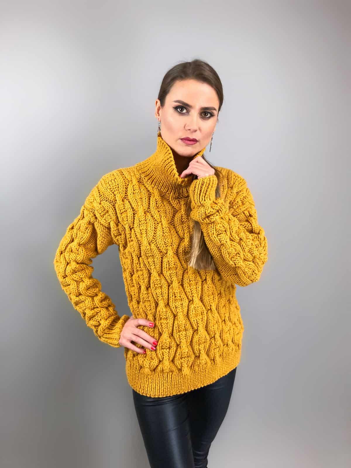 На третьей фотографии женский свитер с узором цепи горчичного цвета от Shapar, бренда вязаной одежды ручной работы в интернет-магазине связанных спицами вещей.
