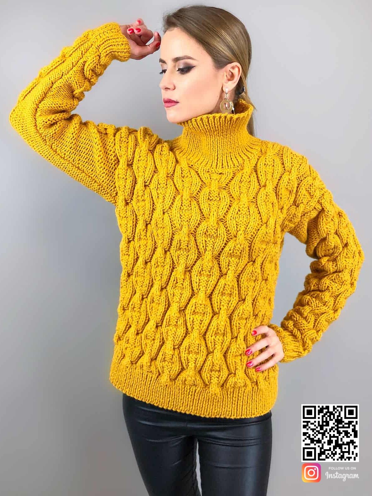 На фотографии горчичный свитер цепи от Shapar, бренда вязаной одежды ручной работы в интернет-магазине связанных спицами вещей.