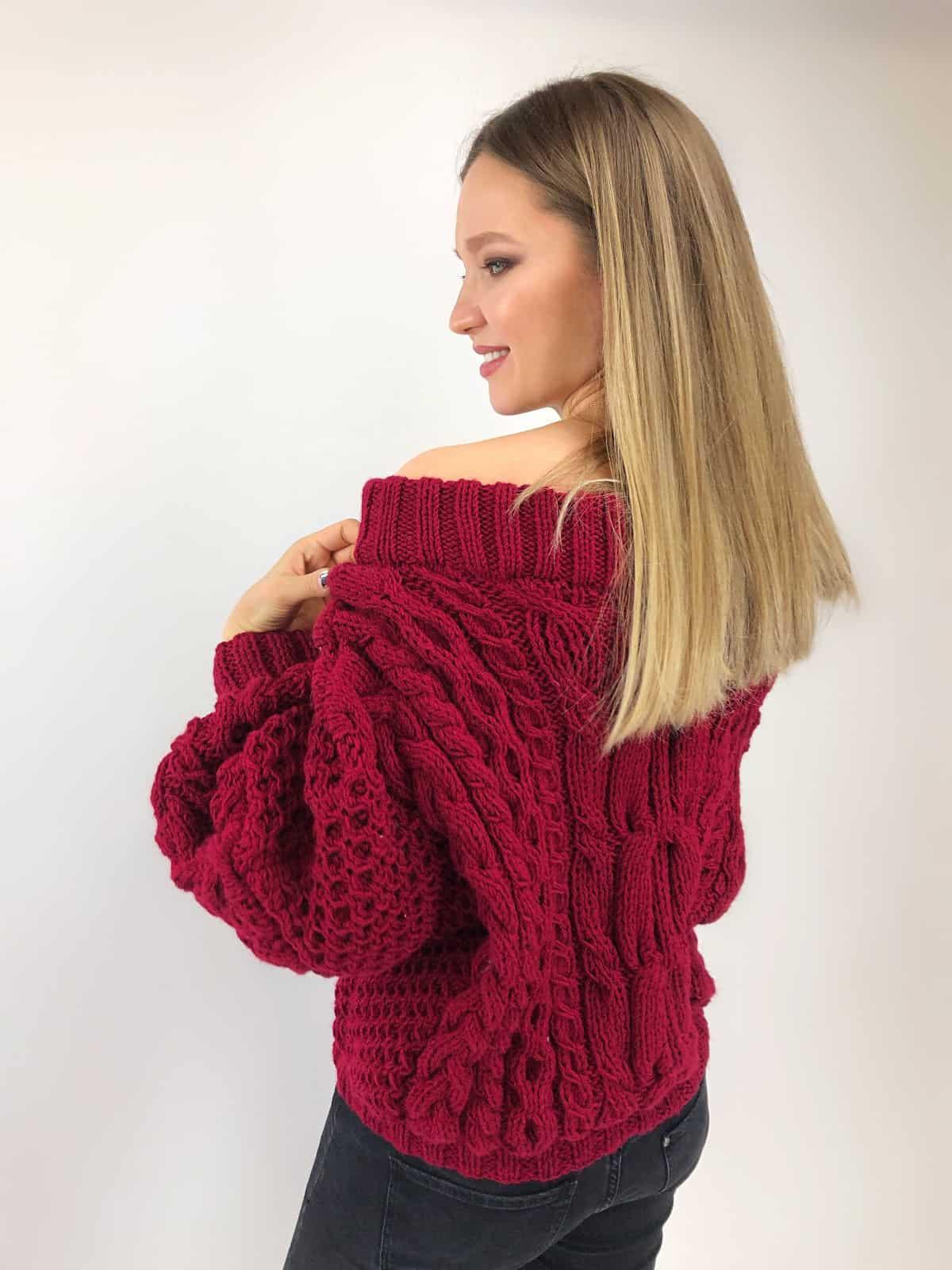 На седьмой фотографии модный свитер марсала для женщин от Shapar, бренда вязаной одежды ручной работы в интернет-магазине связанных спицами вещей.