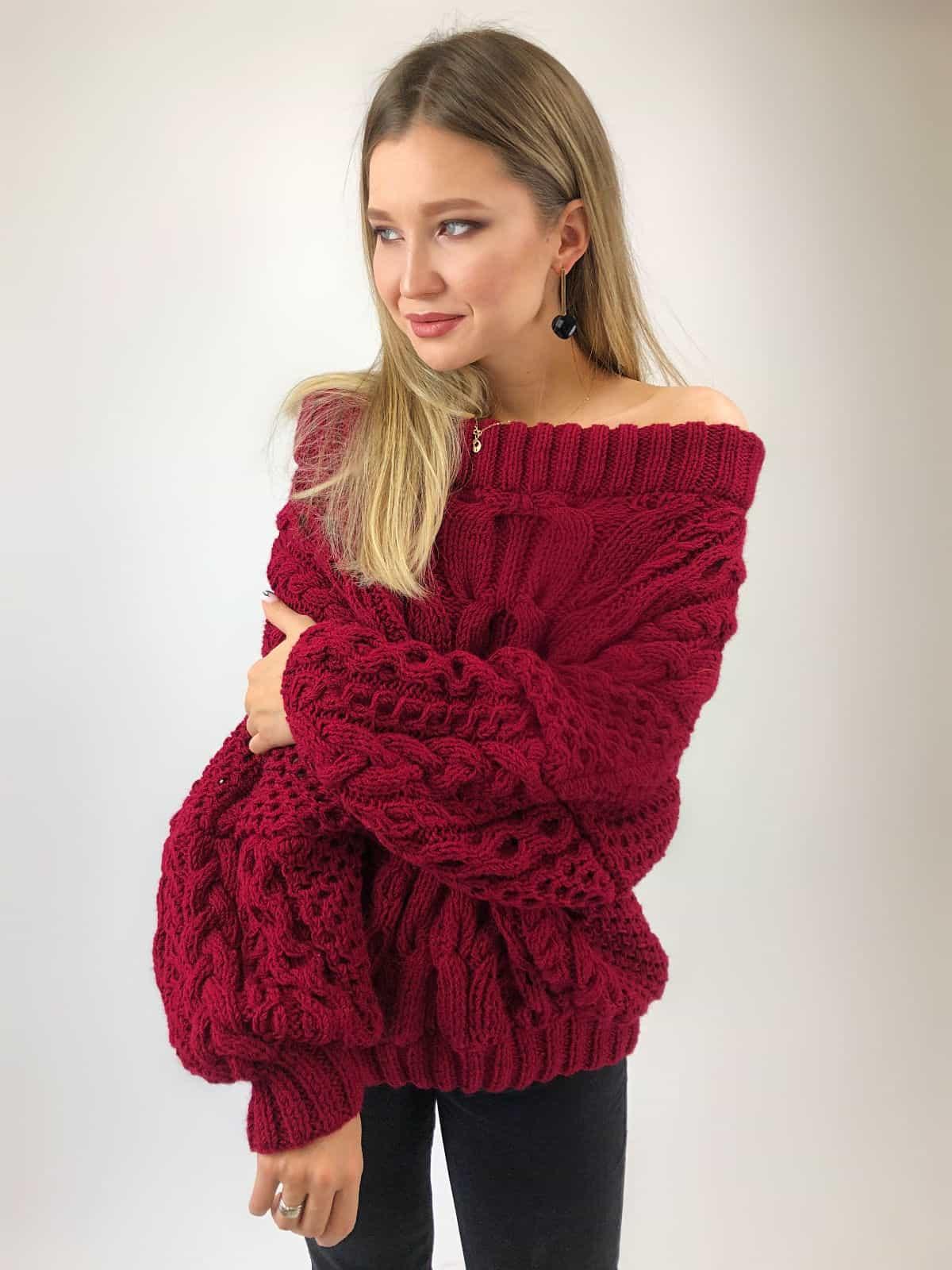 На шестой фотографии женский объемный свитер марсала от Shapar, бренда вязаной одежды ручной работы в интернет-магазине связанных спицами вещей.
