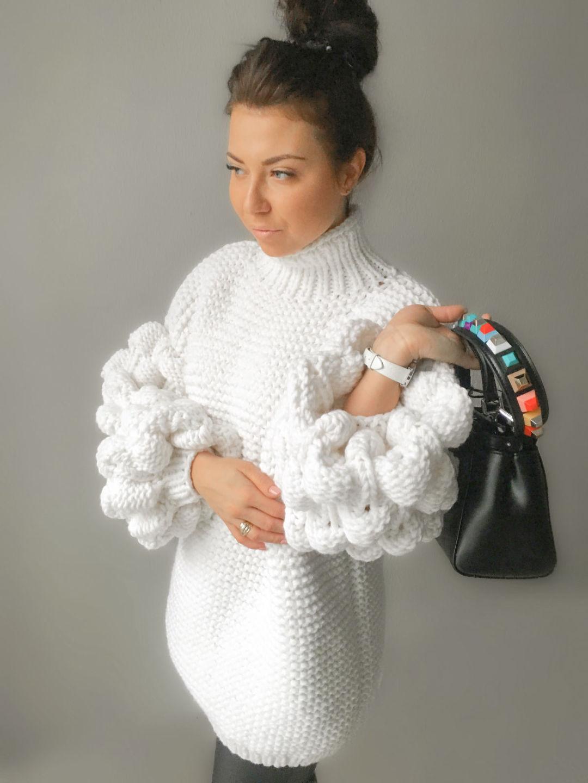 На фотографии женский свитер оверсайз от Shapar, бренда вязаной одежды ручной работы в интернет-магазине связанных спицами вещей.