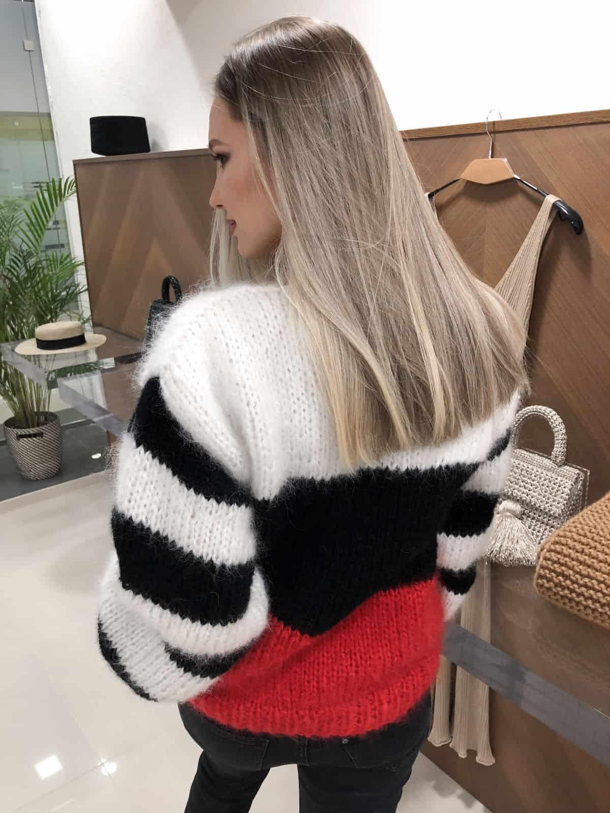 На второй фотографии свитер в полоску женский со спины от Shapar, бренда вязаной одежды ручной работы в интернет-магазине связанных спицами вещей.