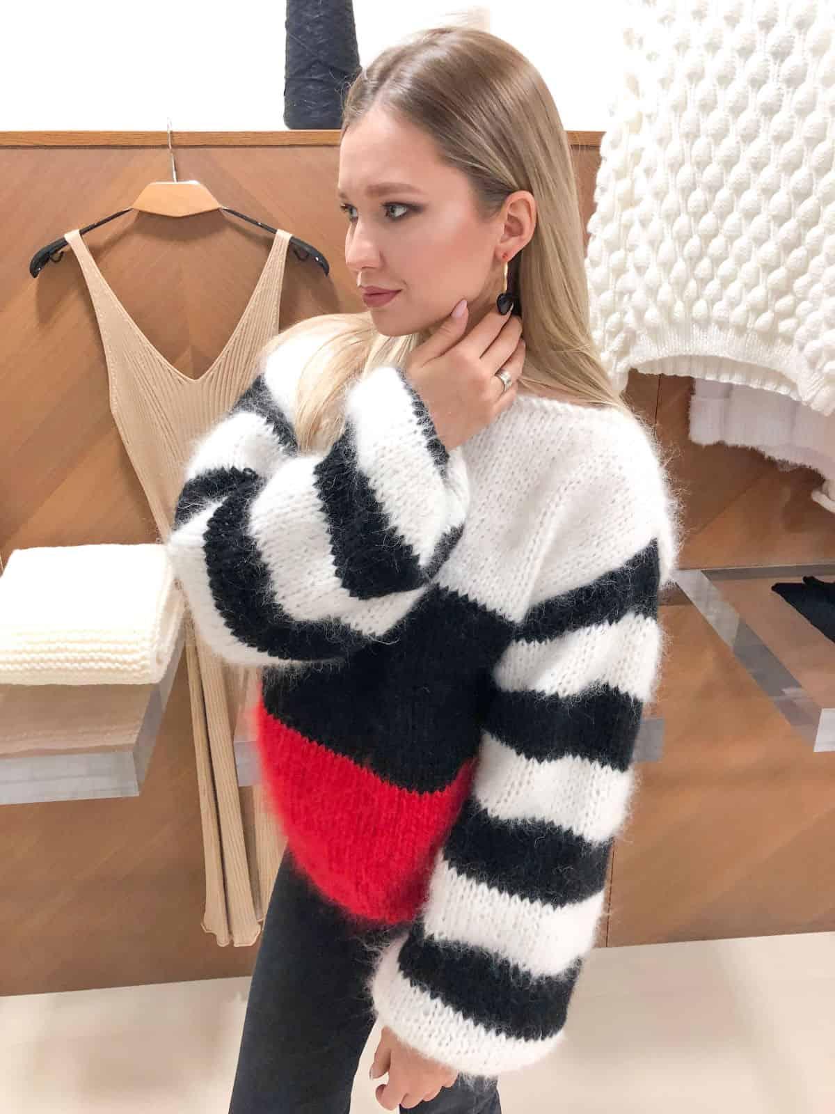 На четвертой фотографии цветной свитер в полоску женский от Shapar, бренда вязаной одежды ручной работы в интернет-магазине связанных спицами вещей.