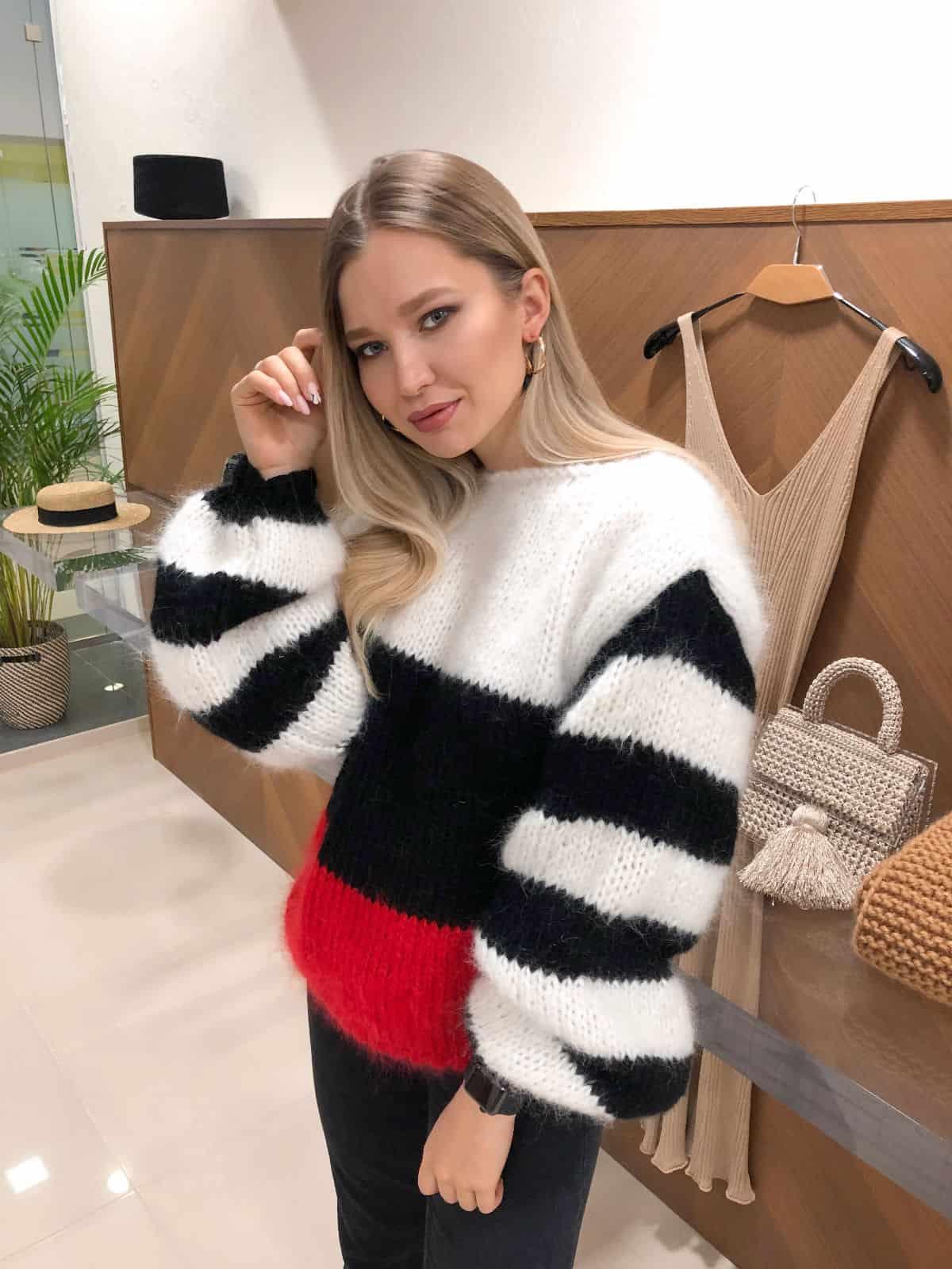 На фотографии свитер в полоску женский от Shapar, бренда вязаной одежды ручной работы в интернет-магазине связанных спицами вещей.