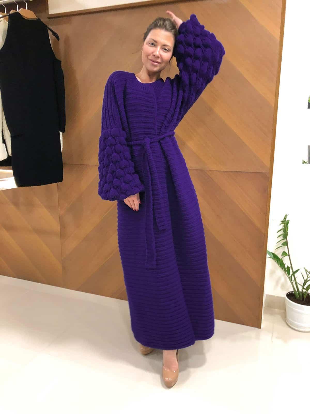 На пятой фотографии модный фиолетовый кардиган для девушек и женщин от Shapar, бренда вязаной одежды ручной работы в интернет-магазине связанных спицами вещей.
