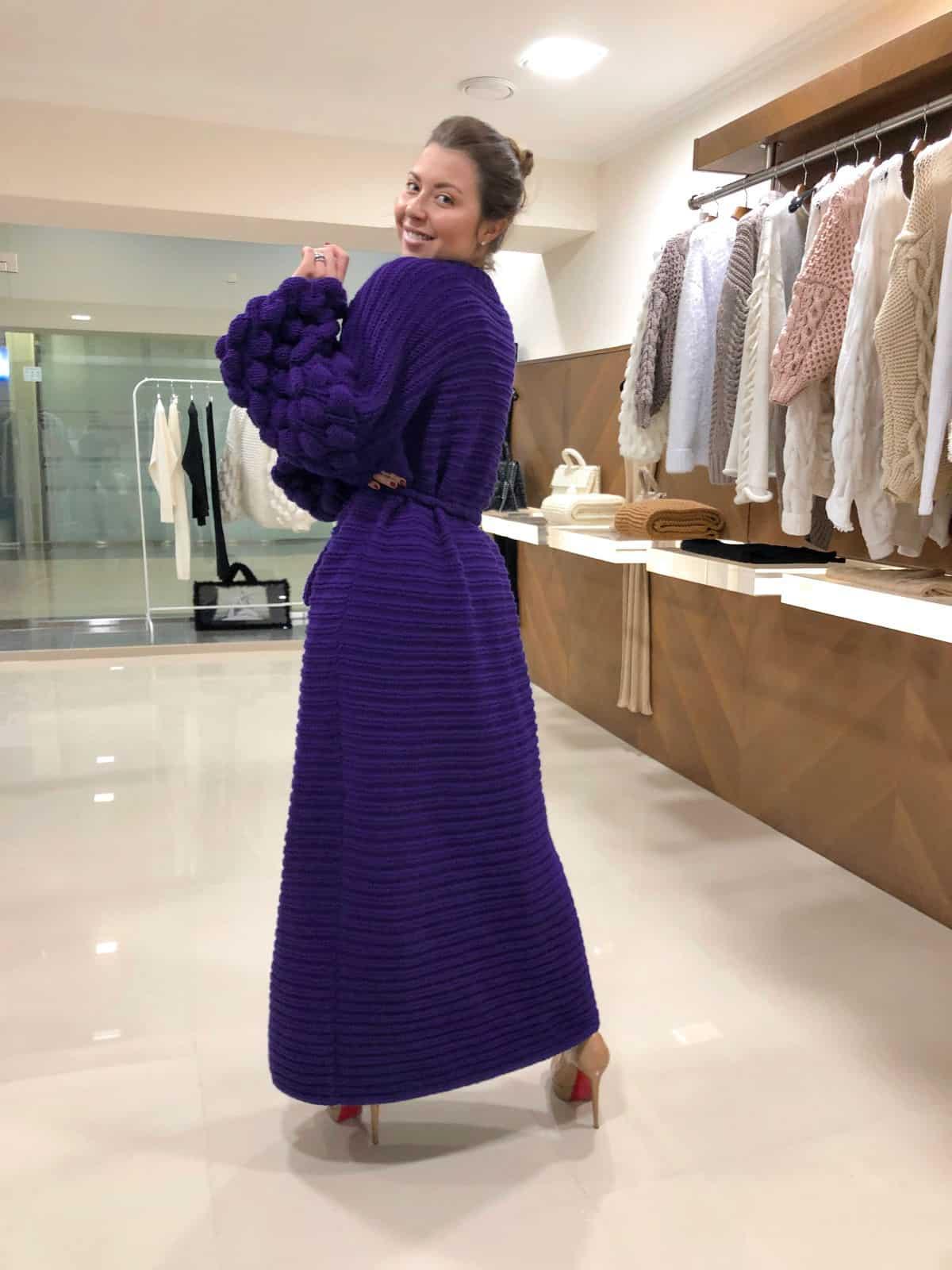 На второй фотографии женский фиолетовый кардиган со спины от Shapar, бренда вязаной одежды ручной работы в интернет-магазине связанных спицами вещей.