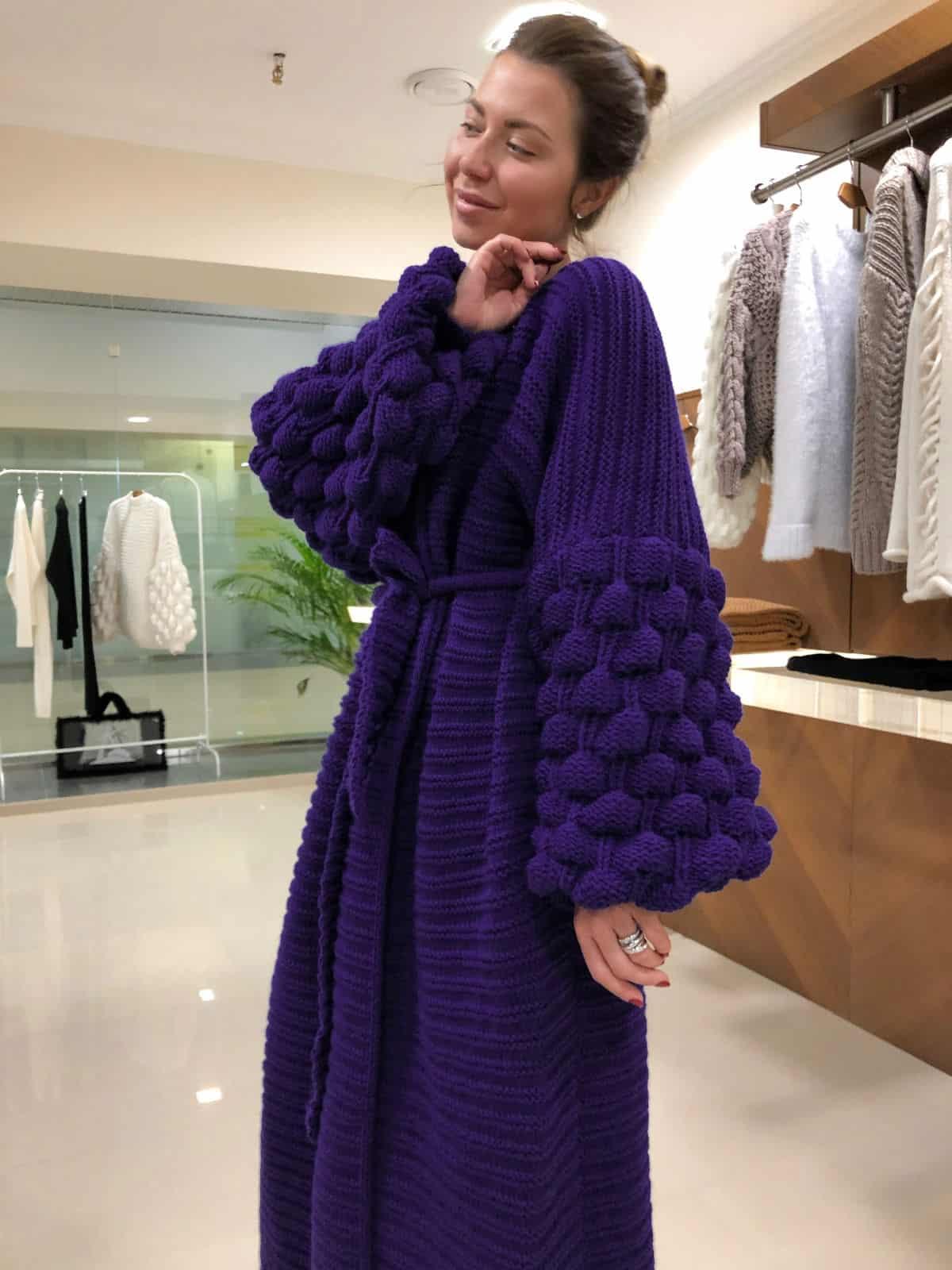 На третьей фотографии женский фиолетовый кардиган с объемными рукавами от Shapar, бренда вязаной одежды ручной работы в интернет-магазине связанных спицами вещей.