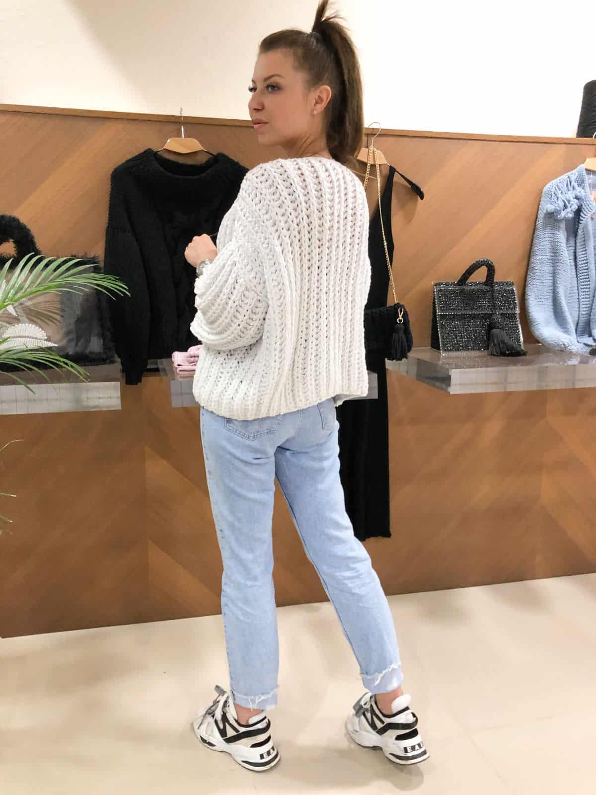 На второй фотографии женский хлопковый свитер со спины от Shapar, бренда вязаной одежды ручной работы в интернет-магазине связанных спицами вещей.