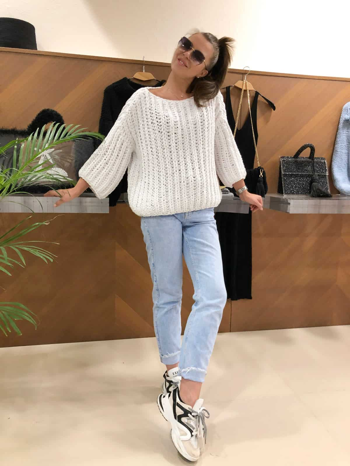 На четвертой фотографии женский хлопковый свитер на лето от Shapar, бренда вязаной одежды ручной работы в интернет-магазине связанных спицами вещей.