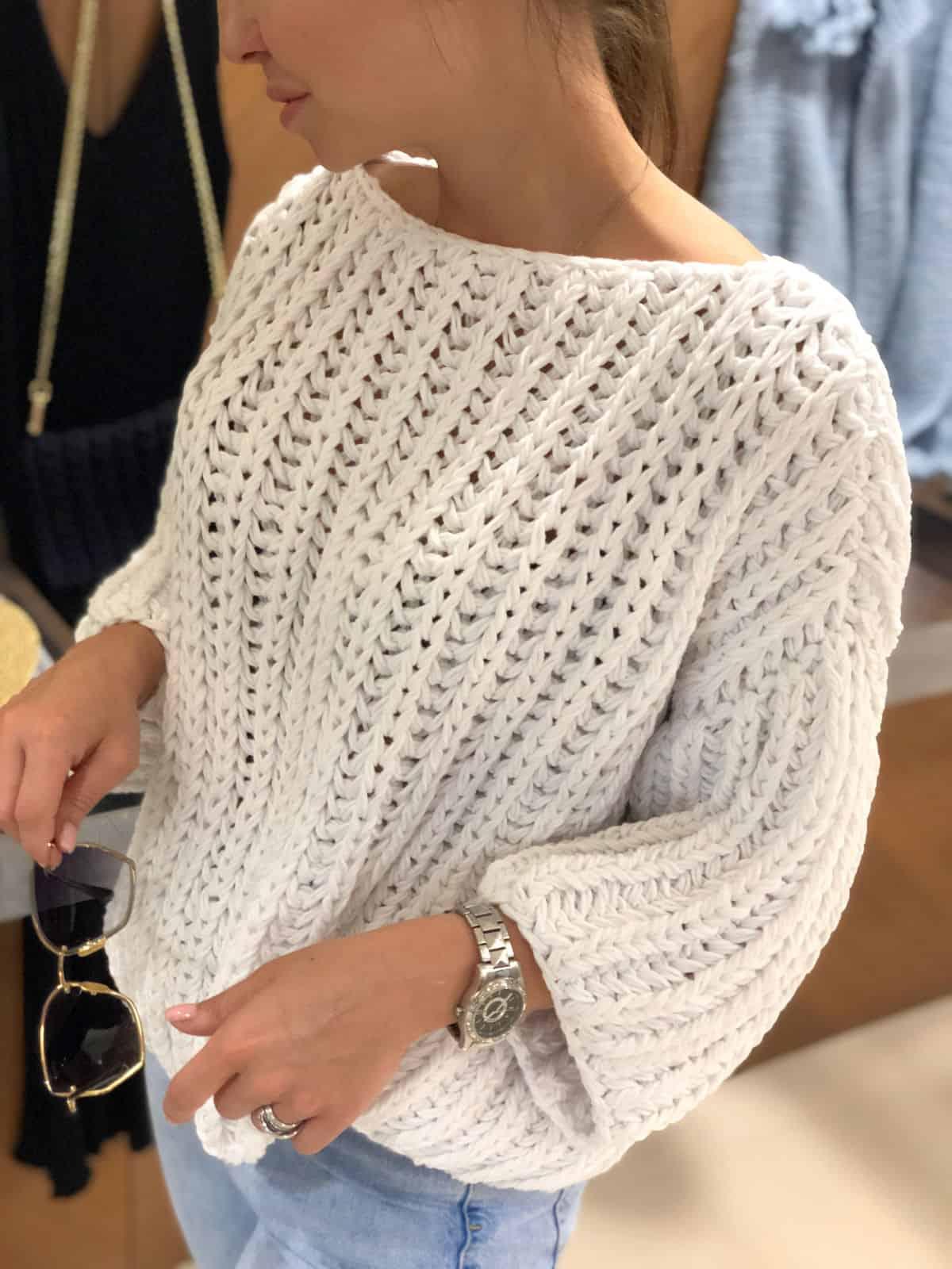На третьей фотографии женский хлопковый свитер белого цвета от Shapar, бренда вязаной одежды ручной работы в интернет-магазине связанных спицами вещей.