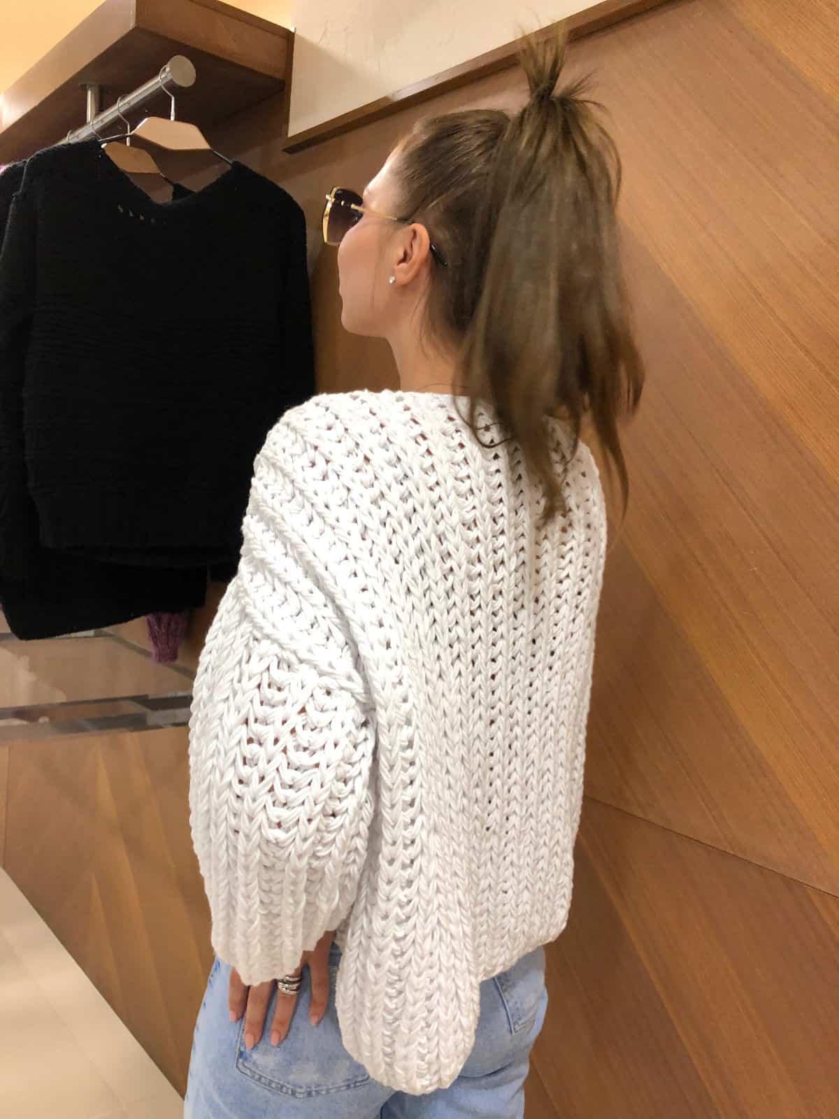 На шестой фотографии стильный женский свитер из хлопка от Shapar, бренда вязаной одежды ручной работы в интернет-магазине связанных спицами вещей.
