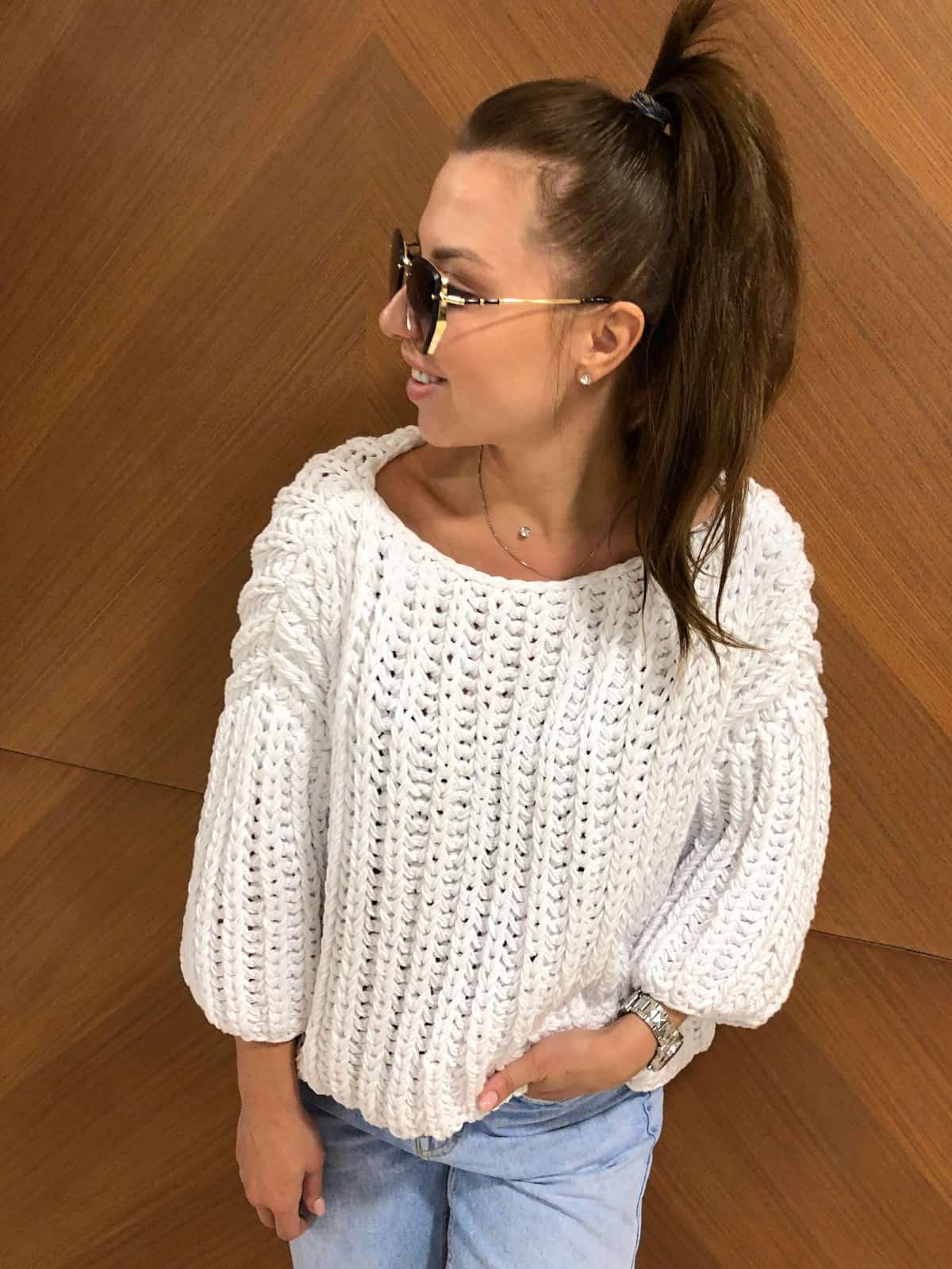 На пятой фотографии модный хлопковый свитер для девушек и женщин от Shapar, бренда вязаной одежды ручной работы в интернет-магазине связанных спицами вещей.