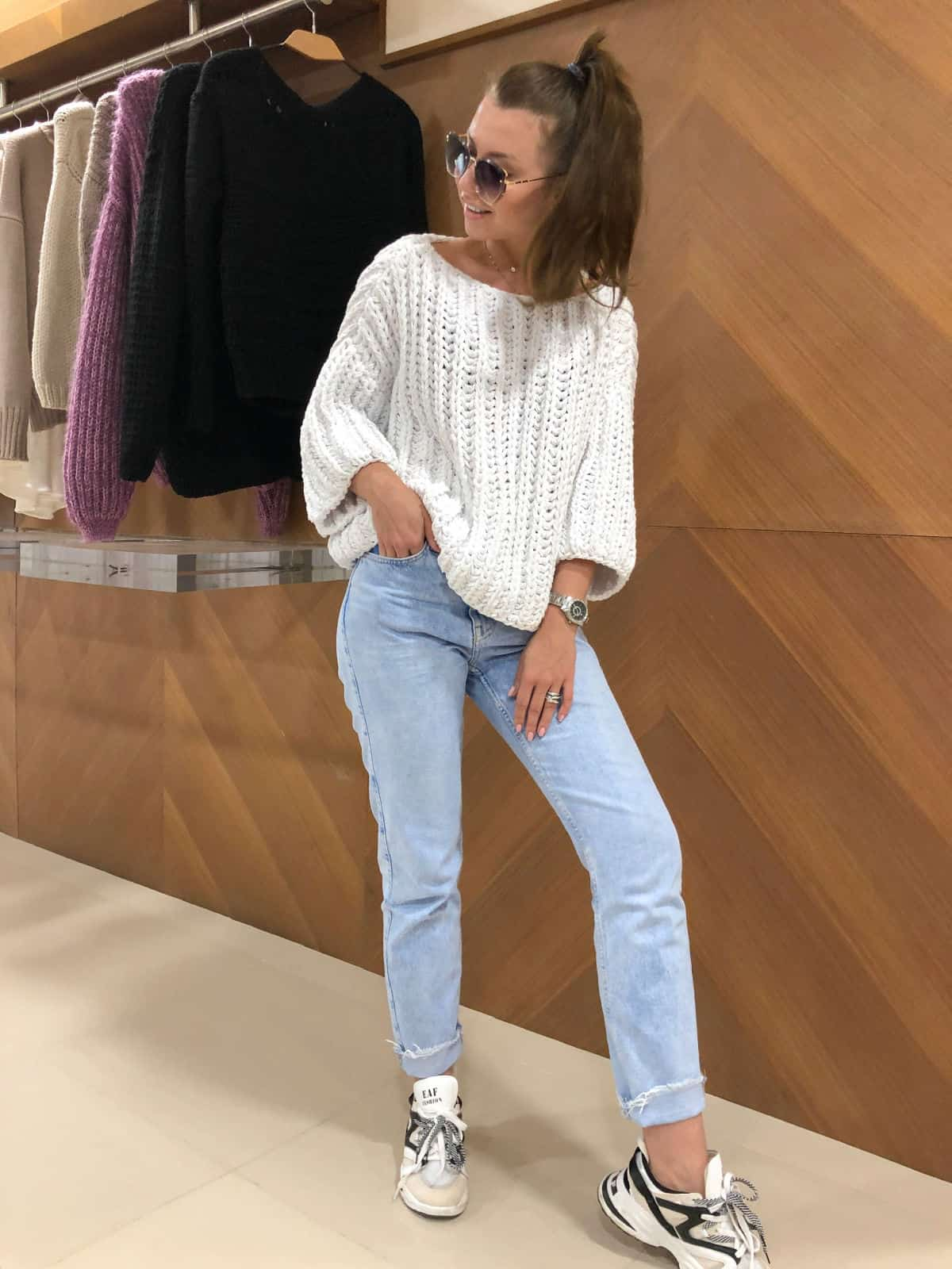 На фотографии женский хлопковый свитер от Shapar, бренда вязаной одежды ручной работы в интернет-магазине связанных спицами вещей.