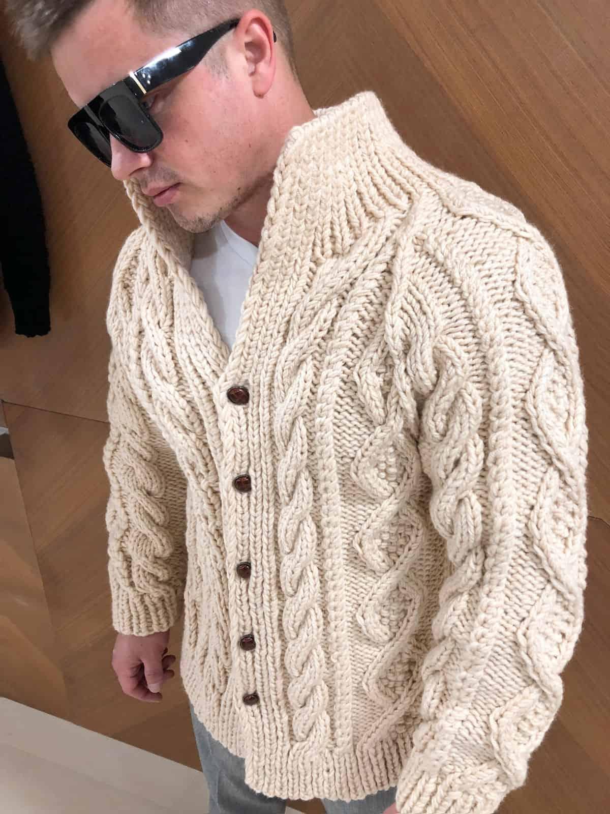 На пятой фотографии стильный бежевый кардиган мужской на пуговицах от Shapar, бренда вязаной одежды ручной работы в интернет-магазине связанных спицами вещей.