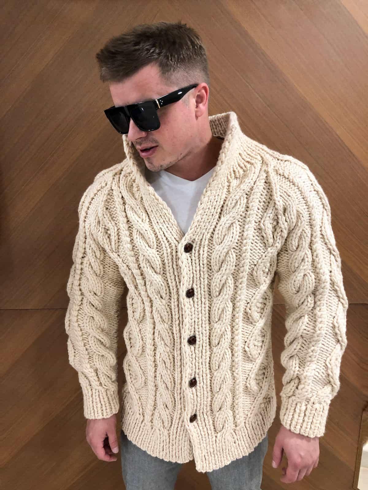 На четвертой фотографии бежевый кардиган мужской с объемным узором косами от Shapar, бренда вязаной одежды ручной работы в интернет-магазине связанных спицами вещей.