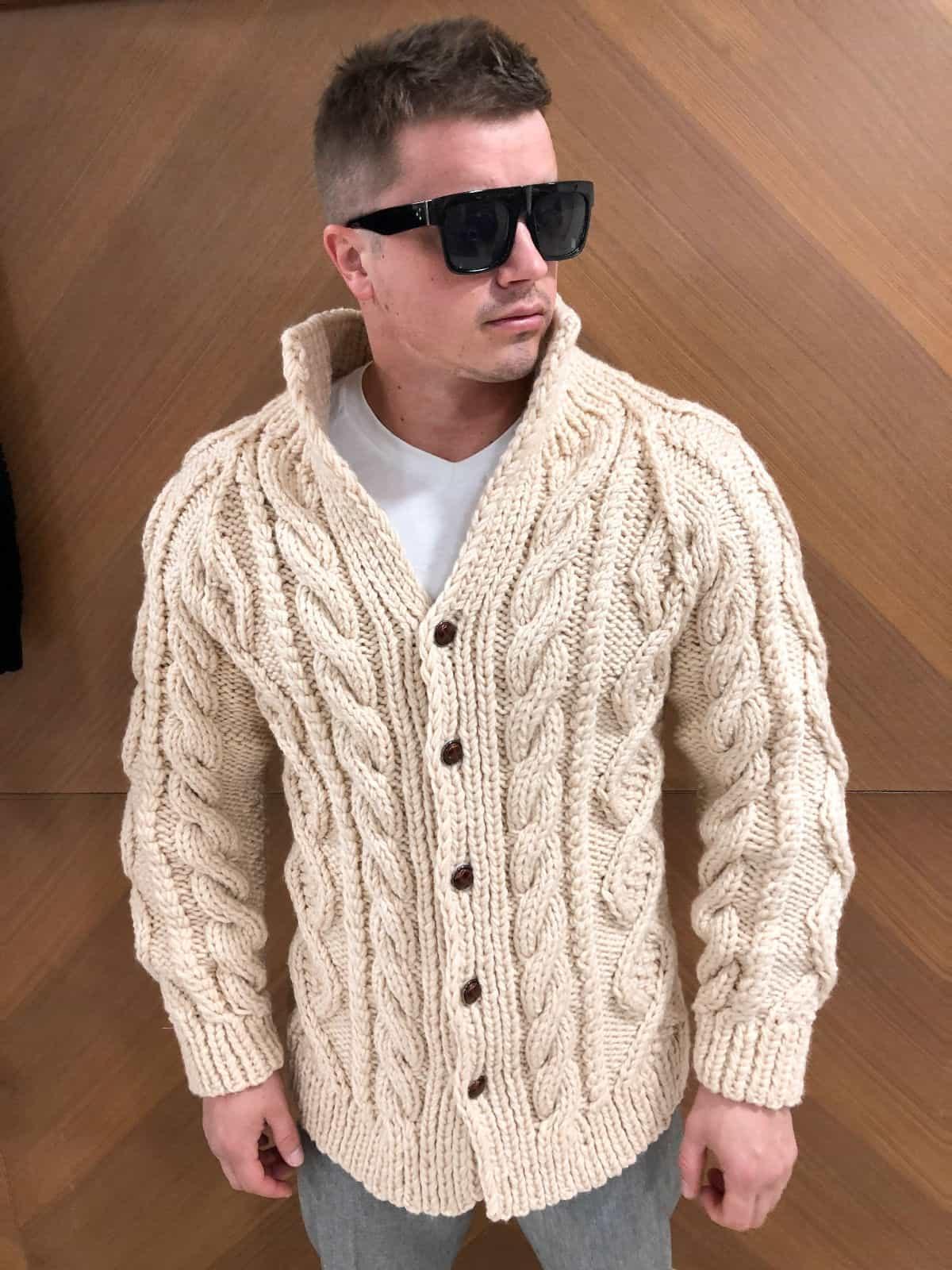 На третьей фотографии модный мужской кардиган бежевого цвета от Shapar, бренда вязаной одежды ручной работы в интернет-магазине связанных спицами вещей.