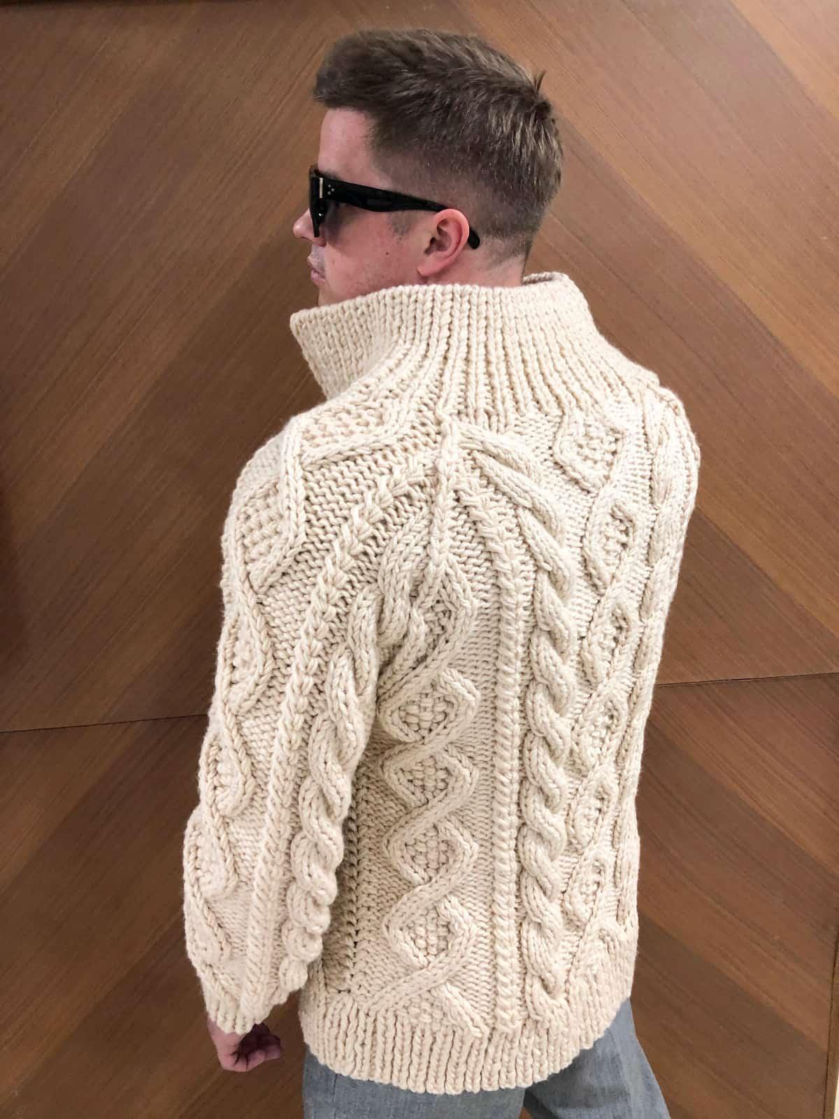 На второй фотографии бежевый кардиган мужской со спины от Shapar, бренда вязаной одежды ручной работы в интернет-магазине связанных спицами вещей.