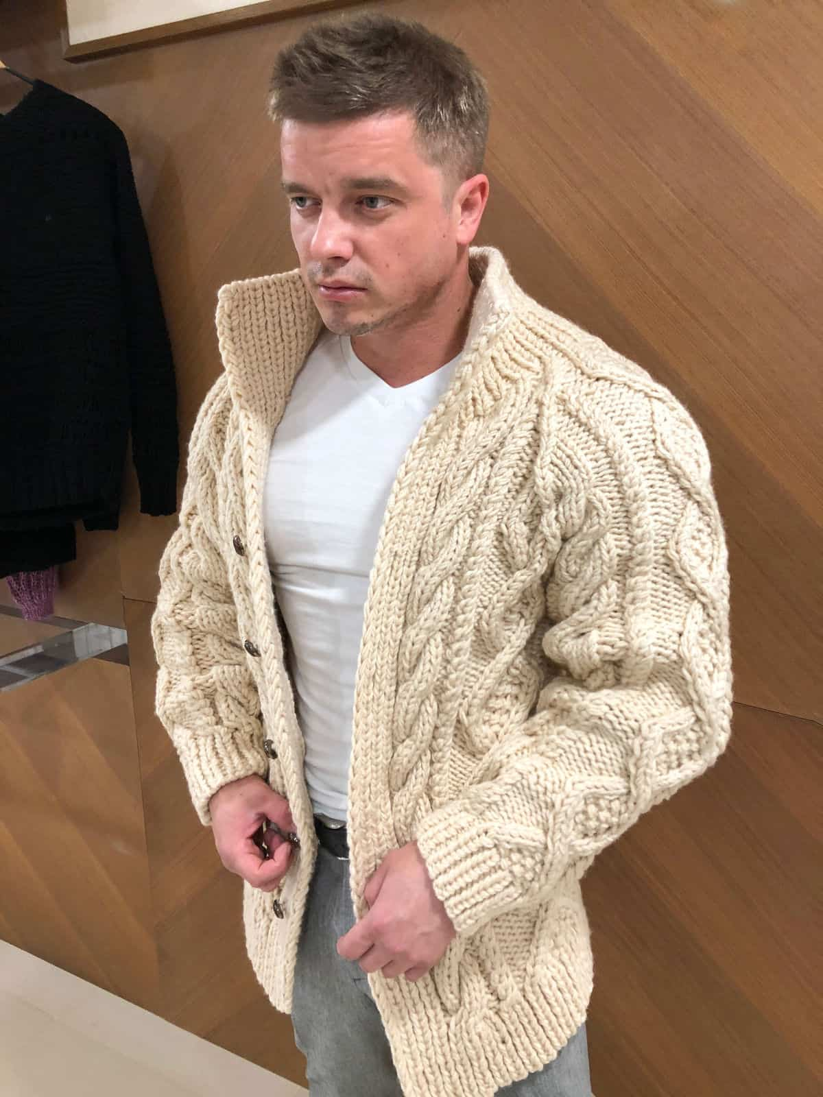 На фотографии бежевый кардиган мужской от Shapar, бренда вязаной одежды ручной работы в интернет-магазине связанных спицами вещей.