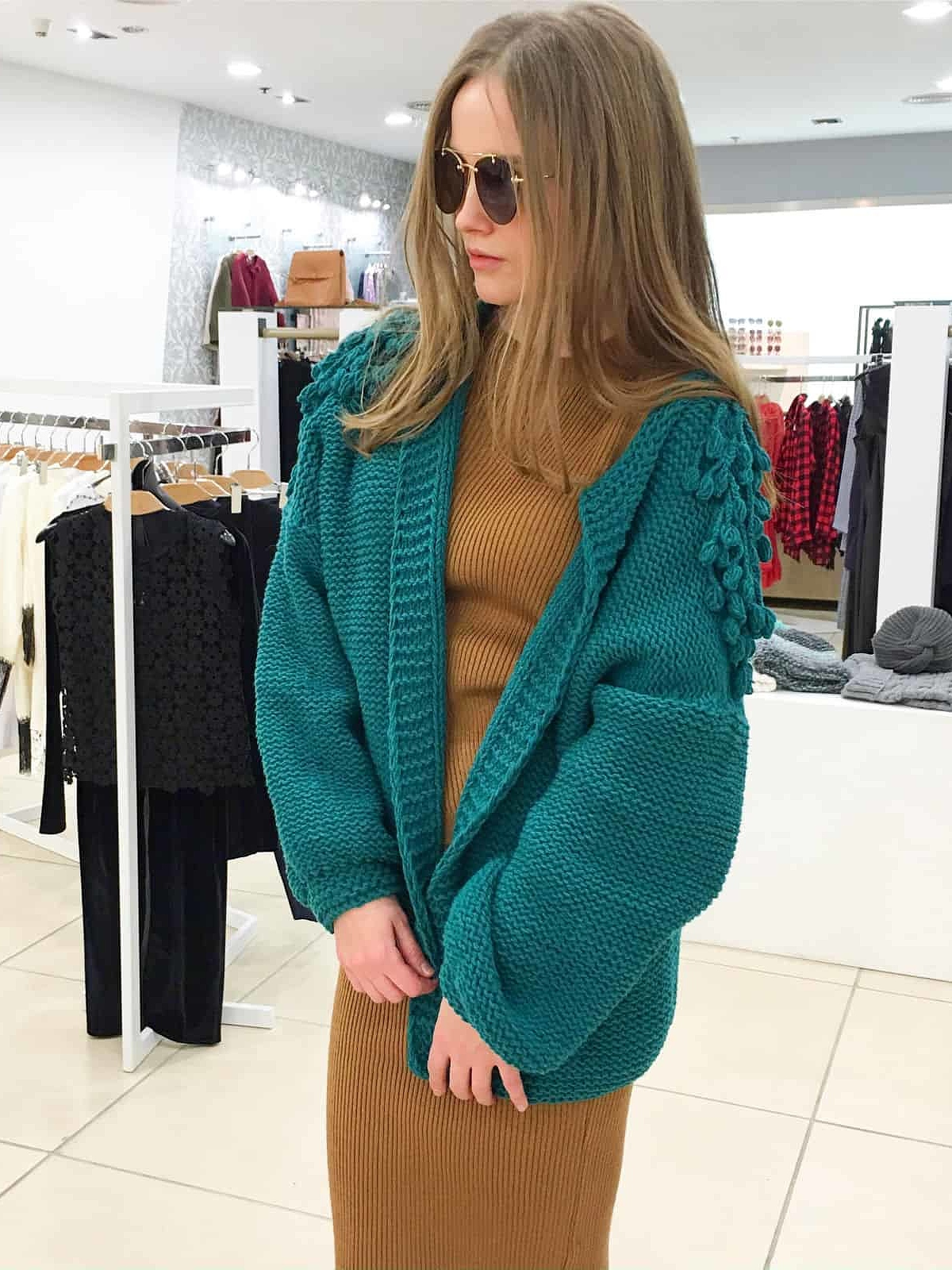 На фотографии женский зеленый бомбер от Shapar, бренда вязаной одежды ручной работы в интернет-магазине связанных спицами вещей.