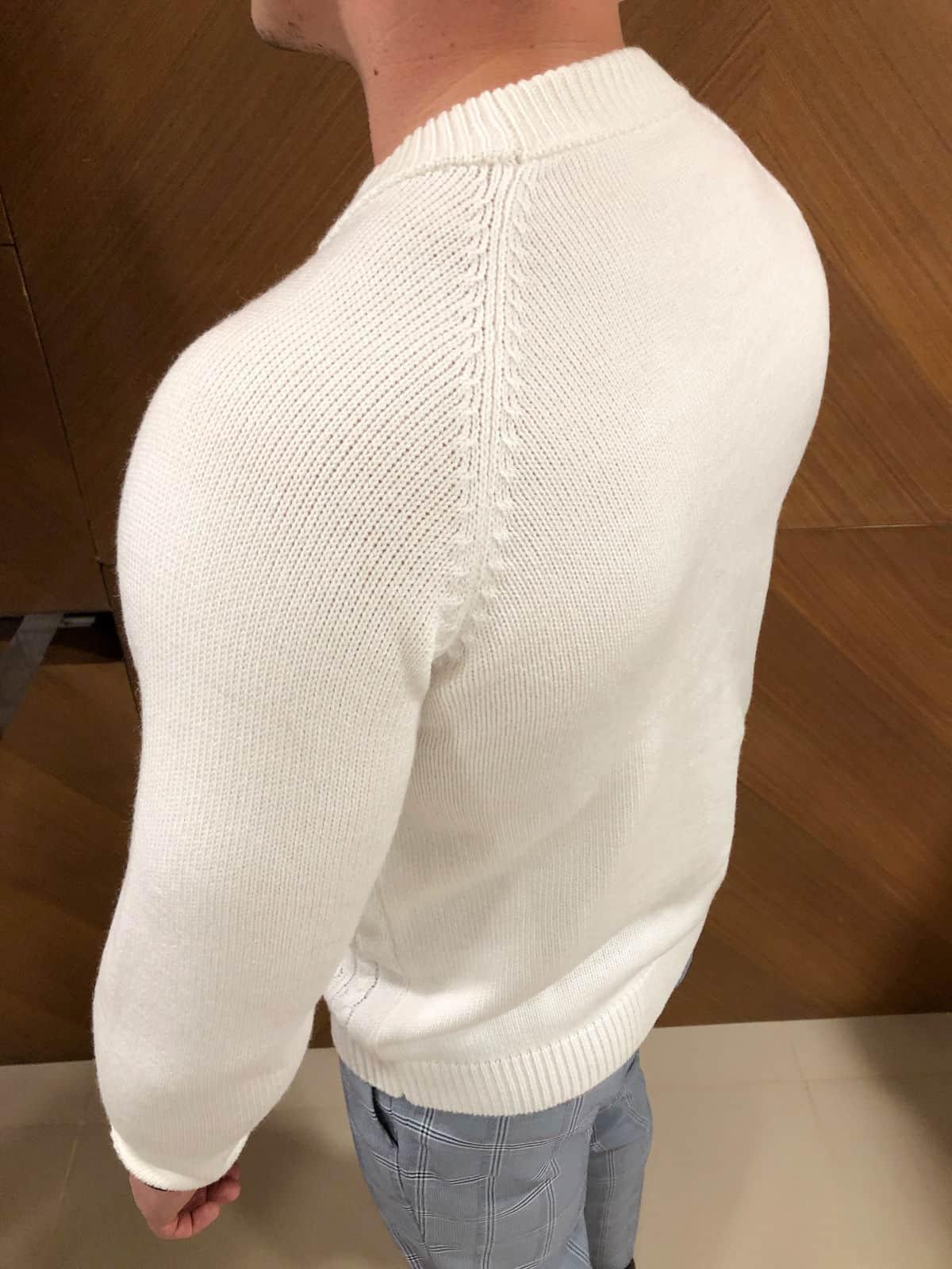 На третьей фотографии мужской свитер белый с косами со спины от Shapar, бренда вязаной одежды ручной работы в интернет-магазине связанных спицами вещей.
