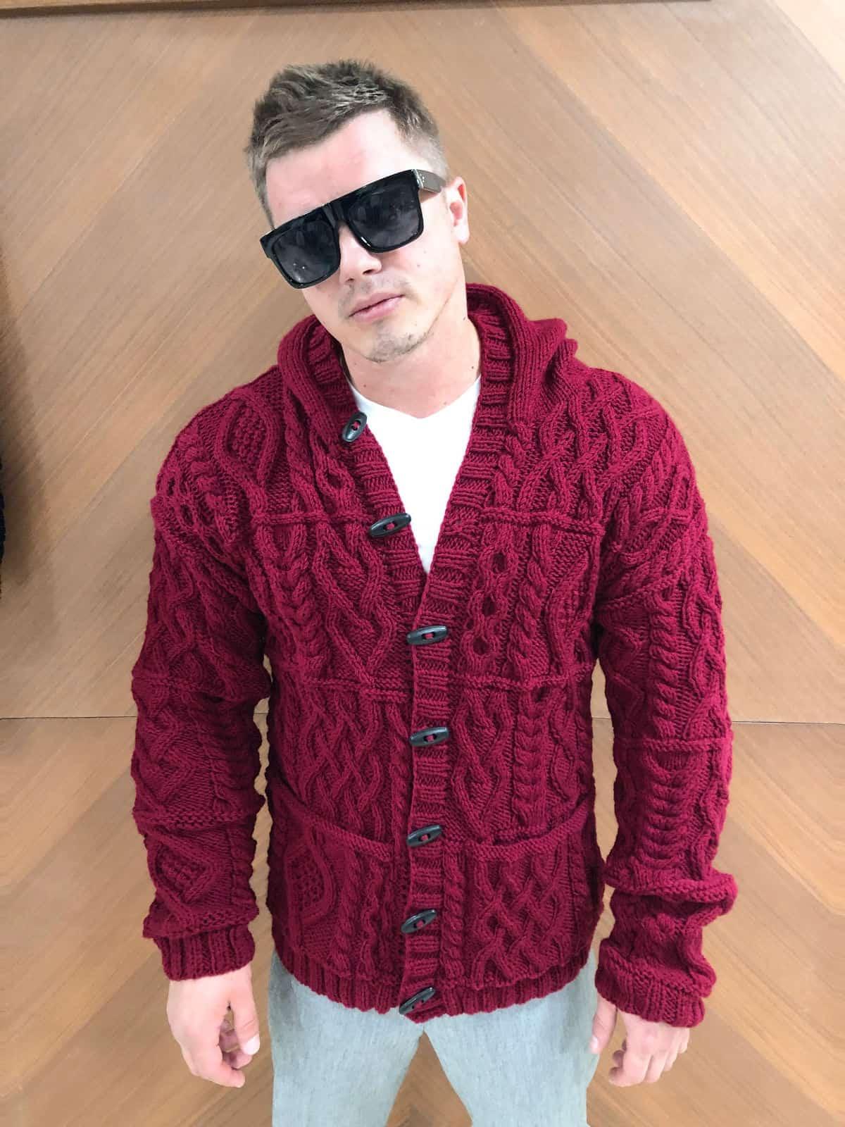 На пятой фотографии мужской кардиган с капюшоном с узором от Shapar, бренда вязаной одежды ручной работы в интернет-магазине связанных спицами вещей.