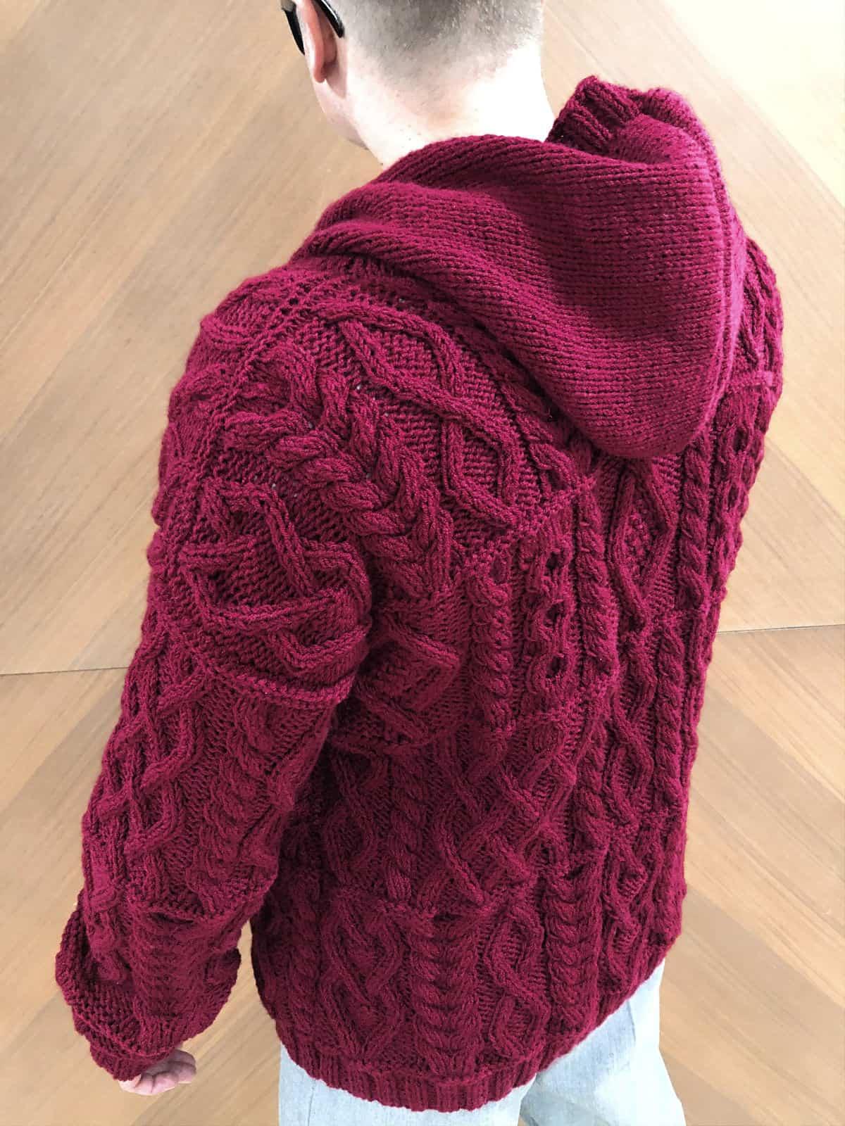 На второй фотографии мужской кардиган с капюшоном со спины от Shapar, бренда вязаной одежды ручной работы в интернет-магазине связанных спицами вещей.