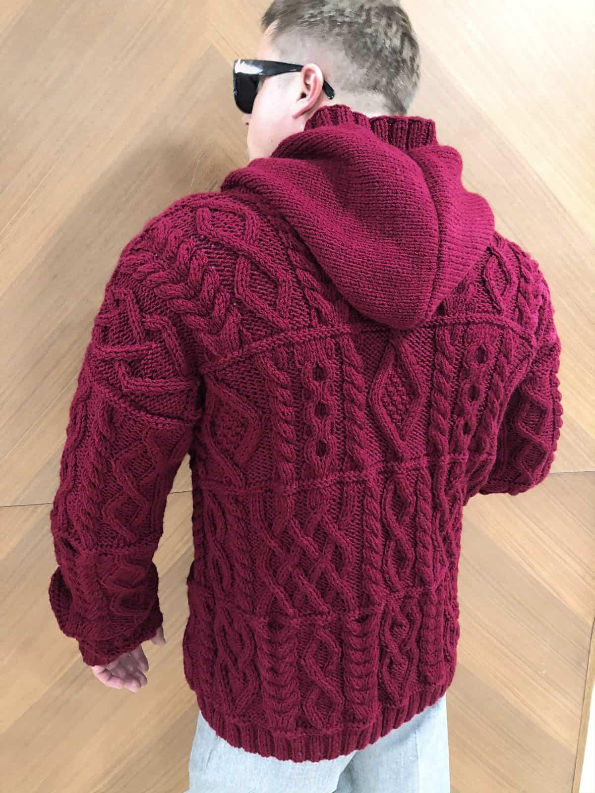 На четвертой фотографии модный мужской кардиган на пуговицах с капюшоном от Shapar, бренда вязаной одежды ручной работы в интернет-магазине связанных спицами вещей.